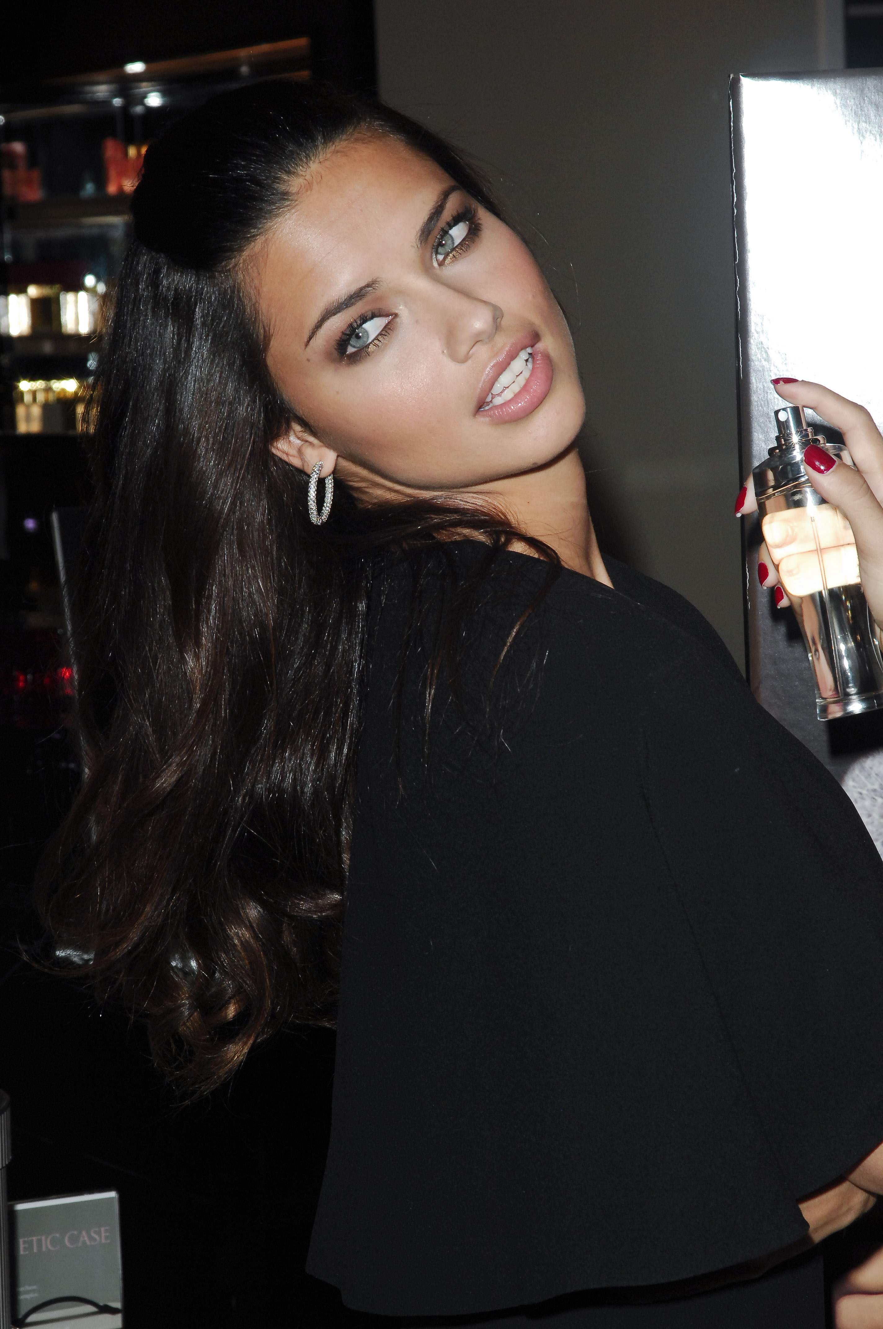55110_Celebutopia-Adriana_Lima_launches_fragrance_Dream_Angels_Wish_at_Victoria55s_Secret_Herald_Square_Store_in_New_York_City-04_122_113lo.jpg