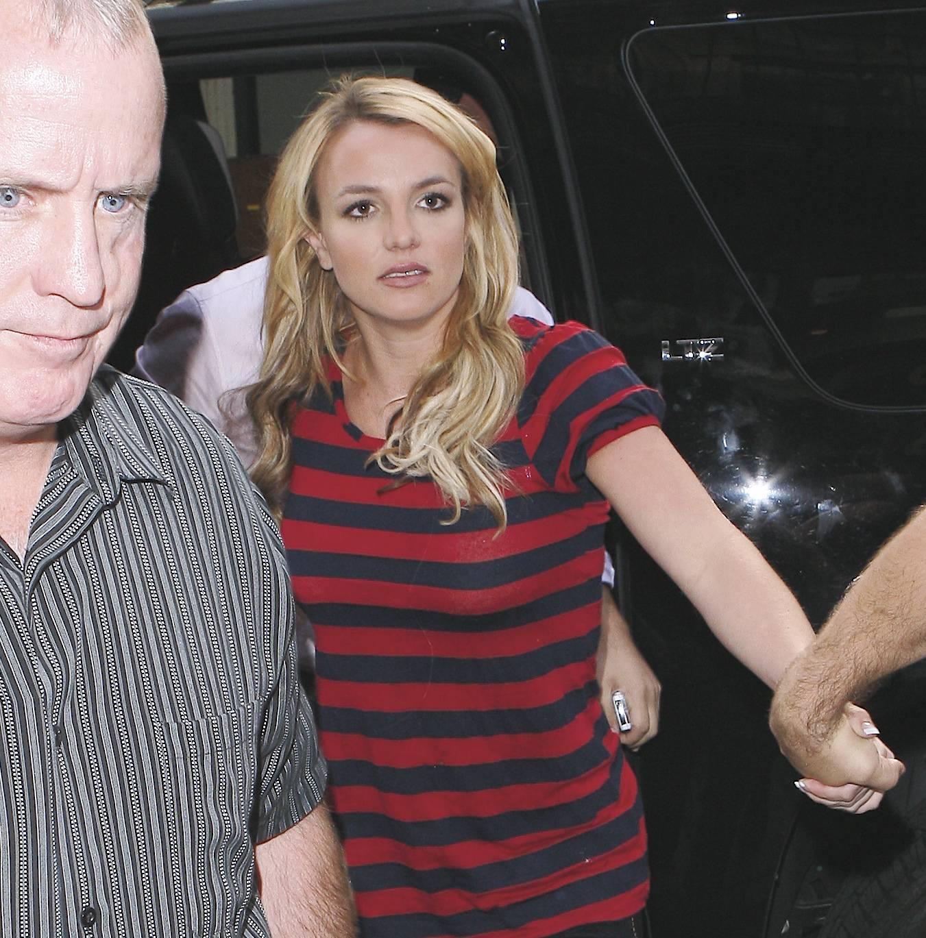 07159_Celebutopia-Britney_Spears_shopping_in_Soho-10_122_200lo.jpg
