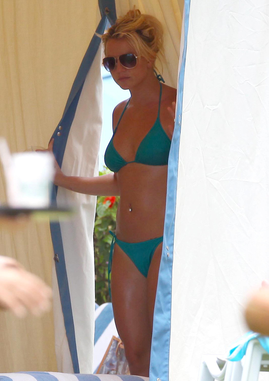 84910_Britney_Spears_Bikini_Maui_4_122_624lo.jpg