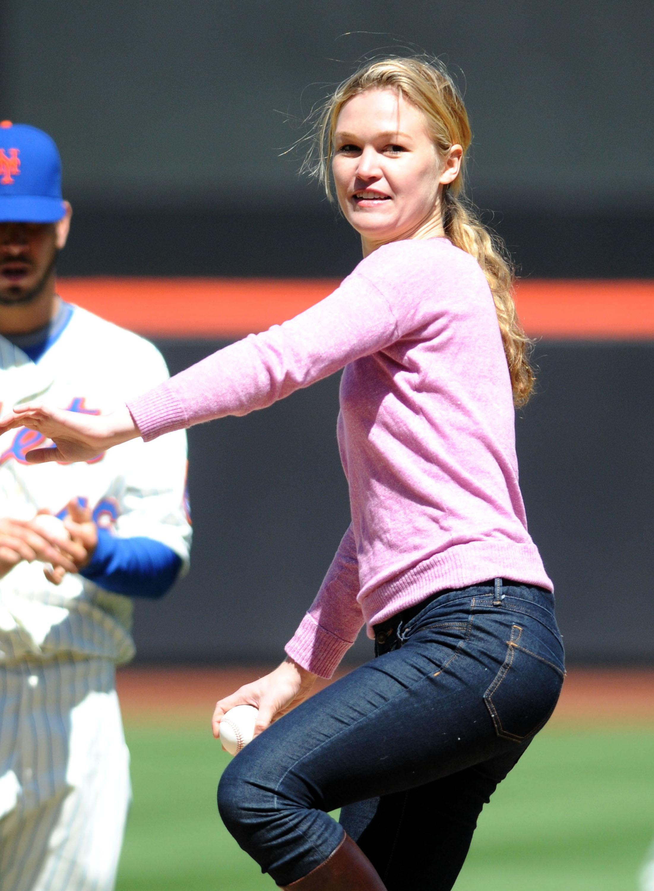 80455_Julia_Stiles_at_First_Pitch_At_The_NY_Mets_Game11_122_2lo.JPG