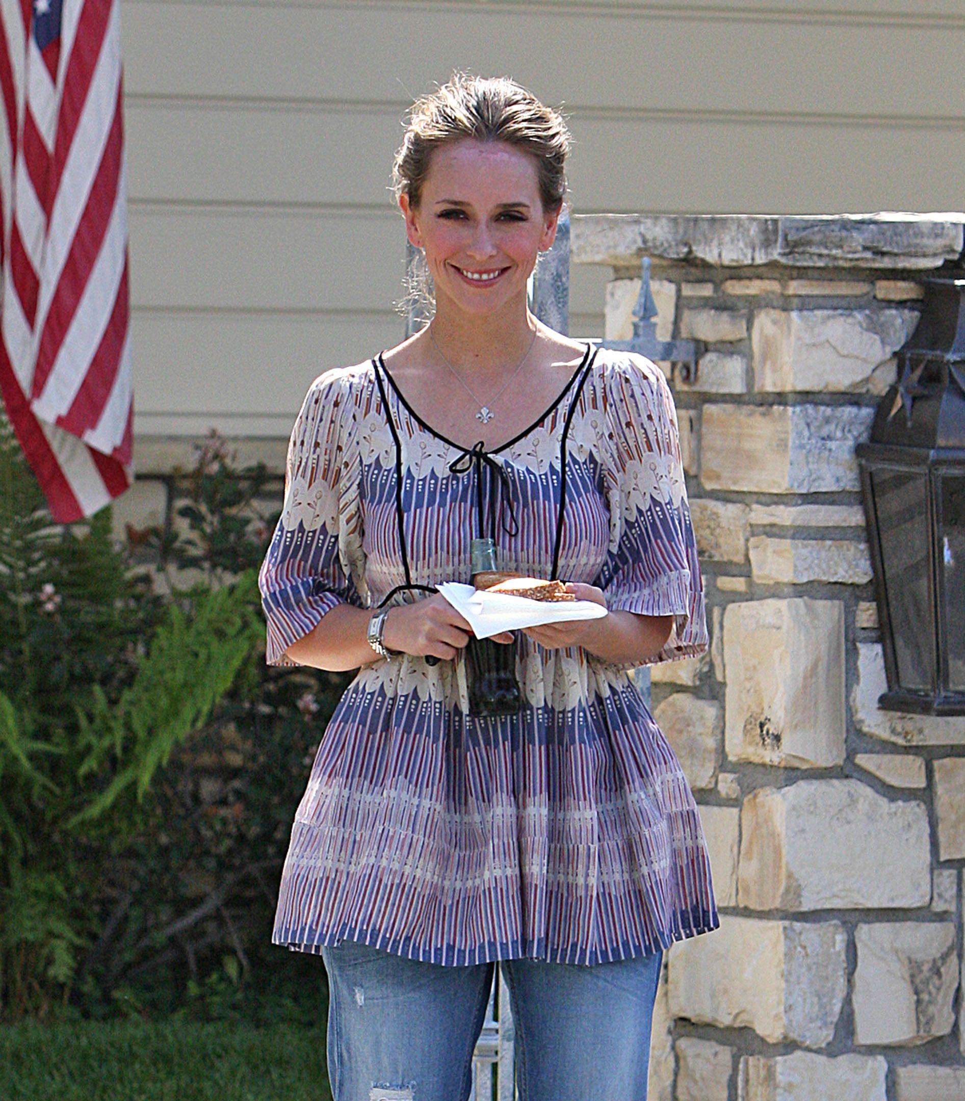 95718_Jennifer_Love_Hewitt_leaves_a_friends_house_in_Los_Angeles_20090327_05_122_398lo.jpg