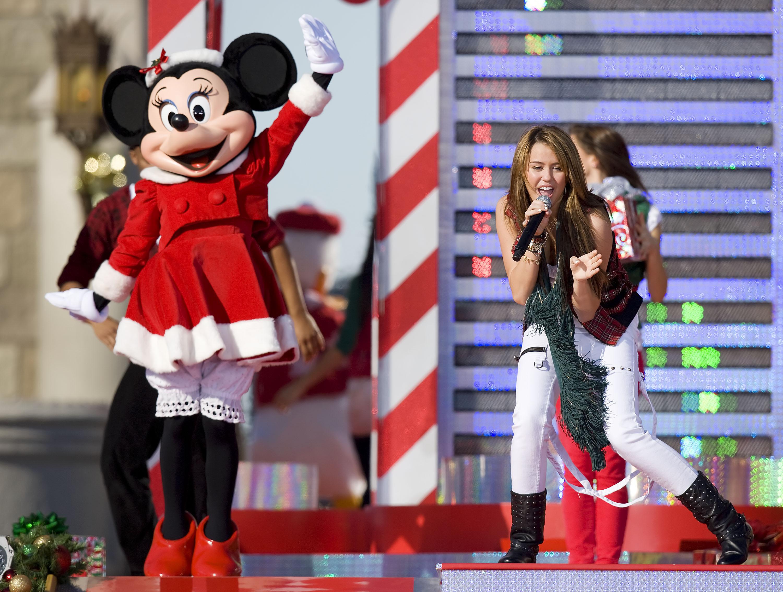 08144_Celebutopia-Miley_Cyrus_performs_in_the_Magic_Kingdom-01_122_859lo.JPG