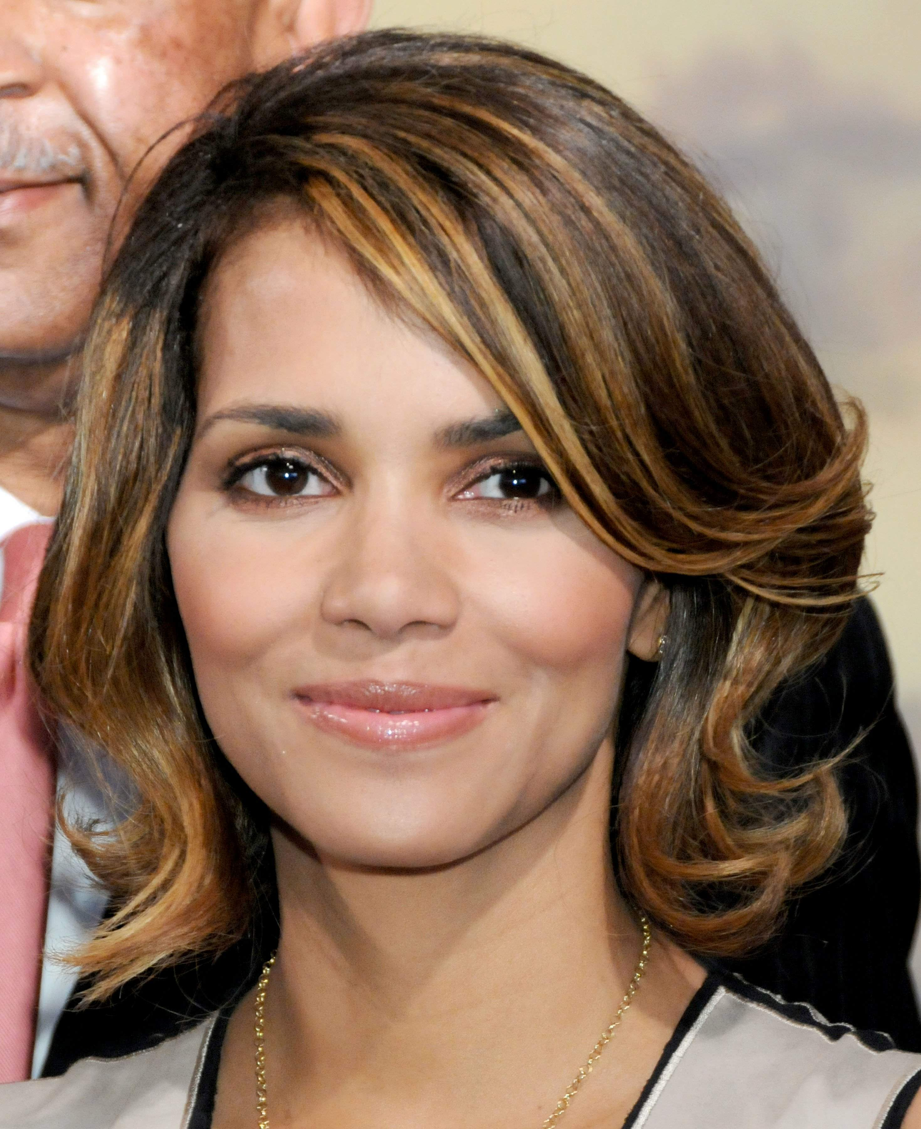 58998_Halle_Berry_2009_Jenesse_Silver_Rose_Gala_Auction_in_Beverly_Hills_38_122_521lo.jpg
