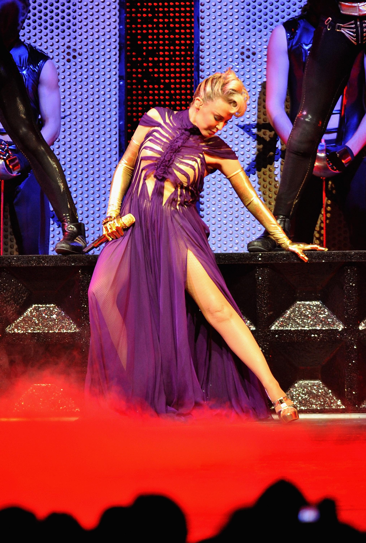 16548_Kylie_Minogue_KylieX2008_Performance_050608_016_122_71lo.jpg
