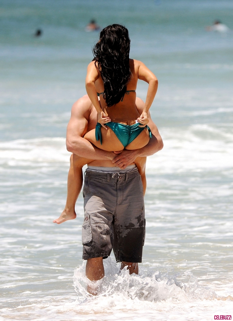 474999256_734574120_Kim_Kardashian_in_a_Bikini_in_Mexico8_744x1024_122_856lo.jpg