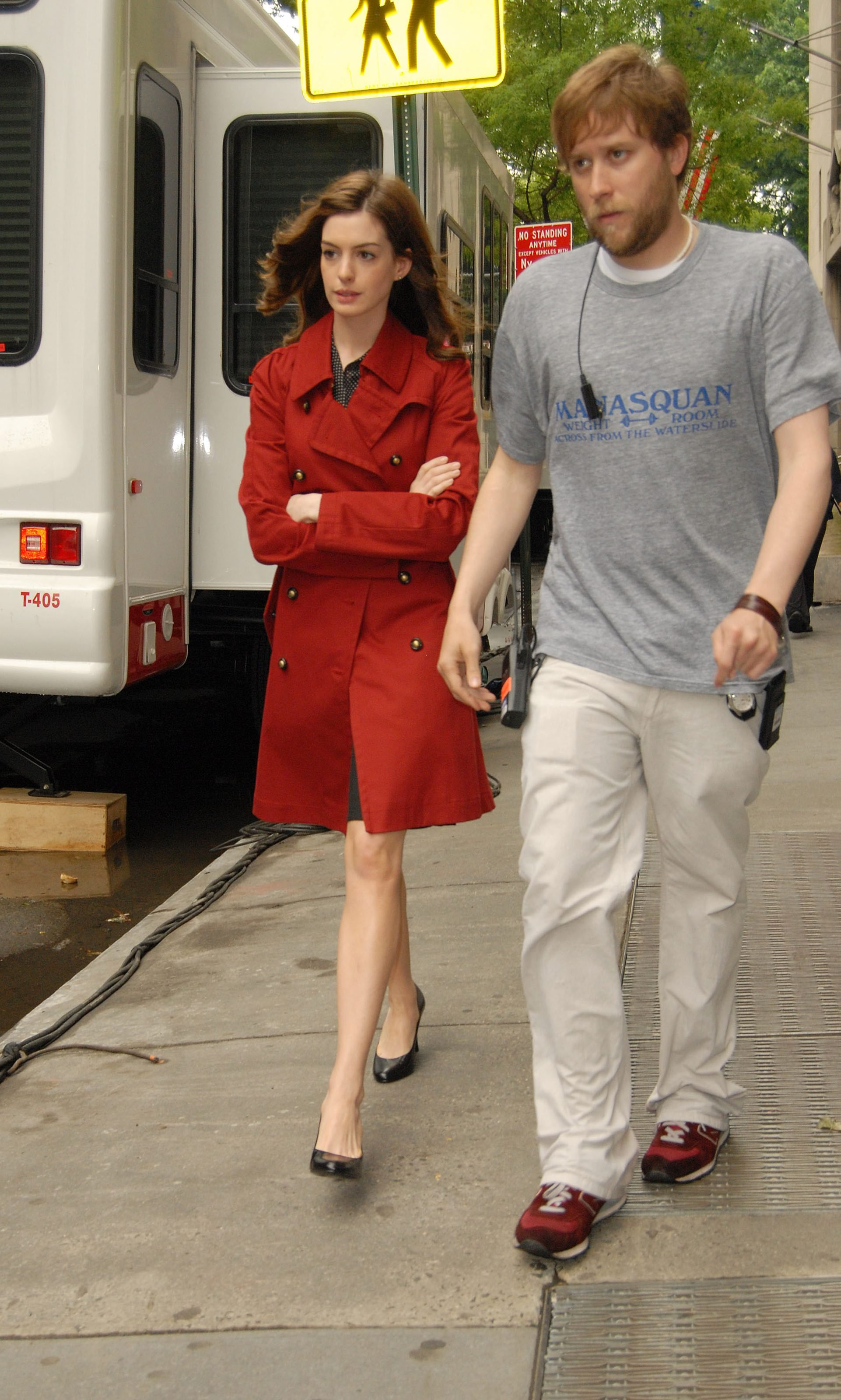 55680_Anne_Hathaway_2008-05-27_-_on_the_set_of_Bride_Wars_in_NY_222_122_138lo.jpg