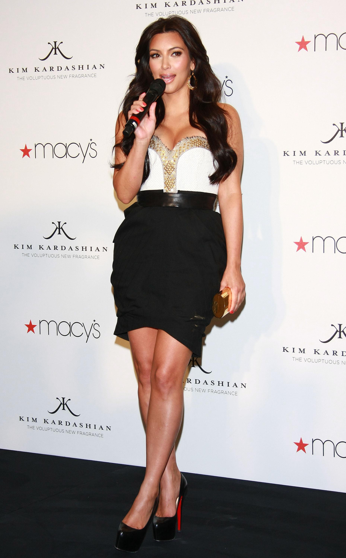 86638_celebrity_paradise.com_Kim_Kardashian_Fragance_29_122_628lo.jpg