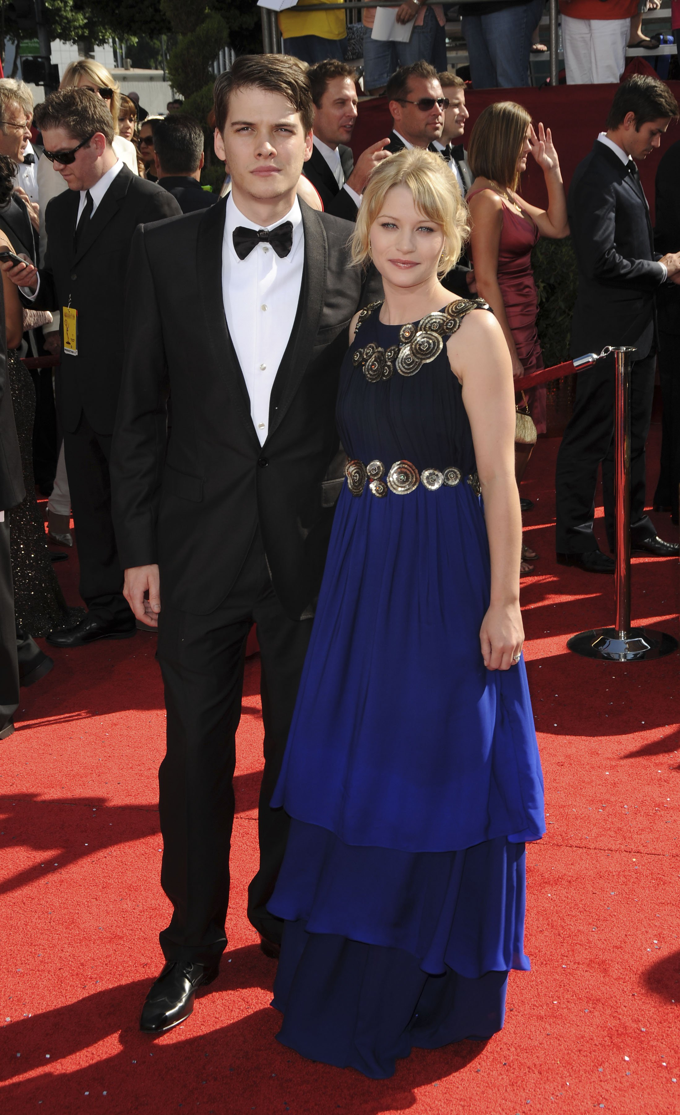 48238_Celebutopia-Emilie_de_Ravin_arrives_at_the_60th_Annual_Primetime_Emmy_Awards-04_122_380lo.JPG