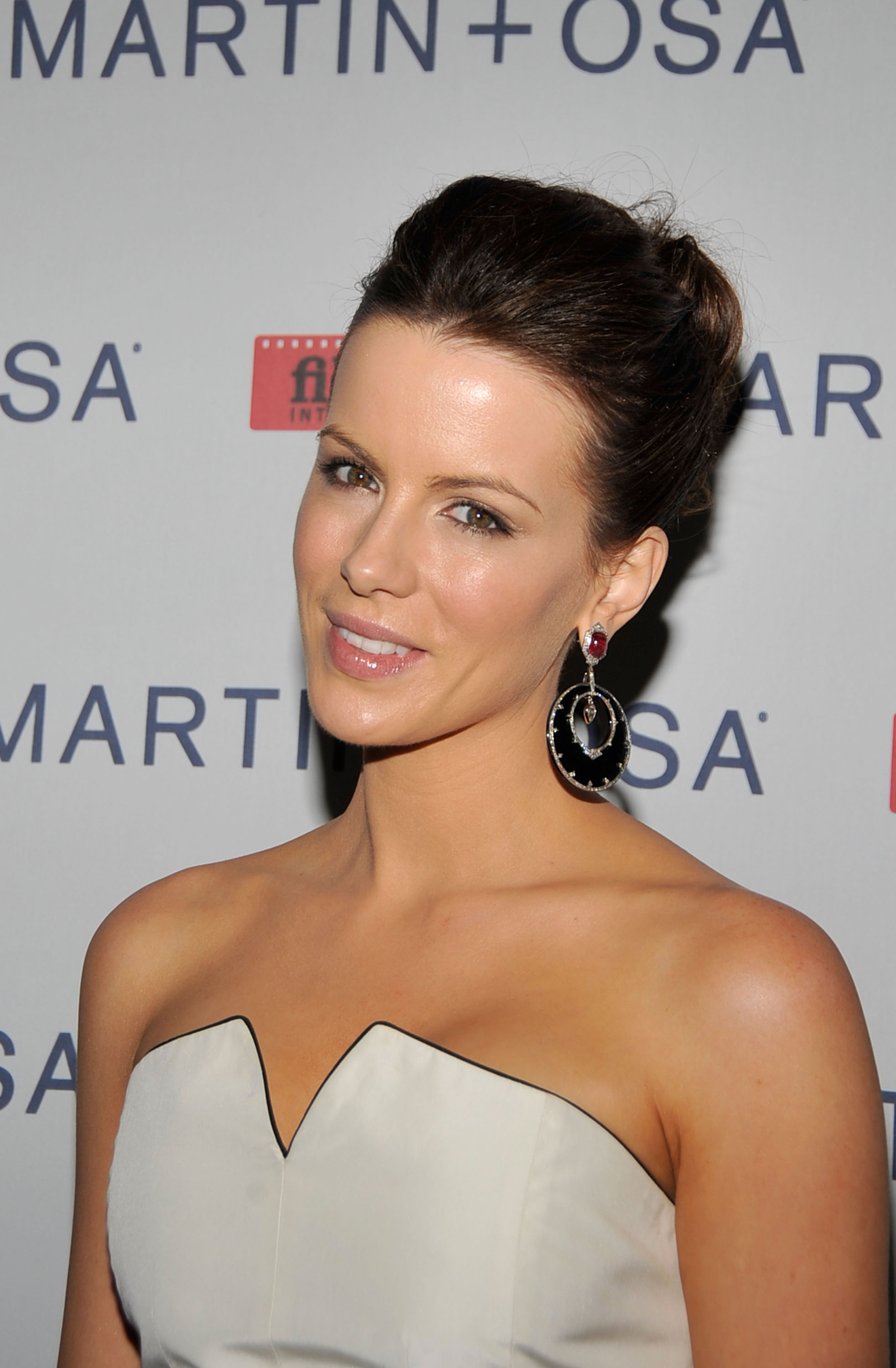 08624_Celebutopia-Kate_Beckinsale-Martin_2_Osa30s_Screening_Of_All_About_Eve_in_Hollywood-05_122_85lo.jpg