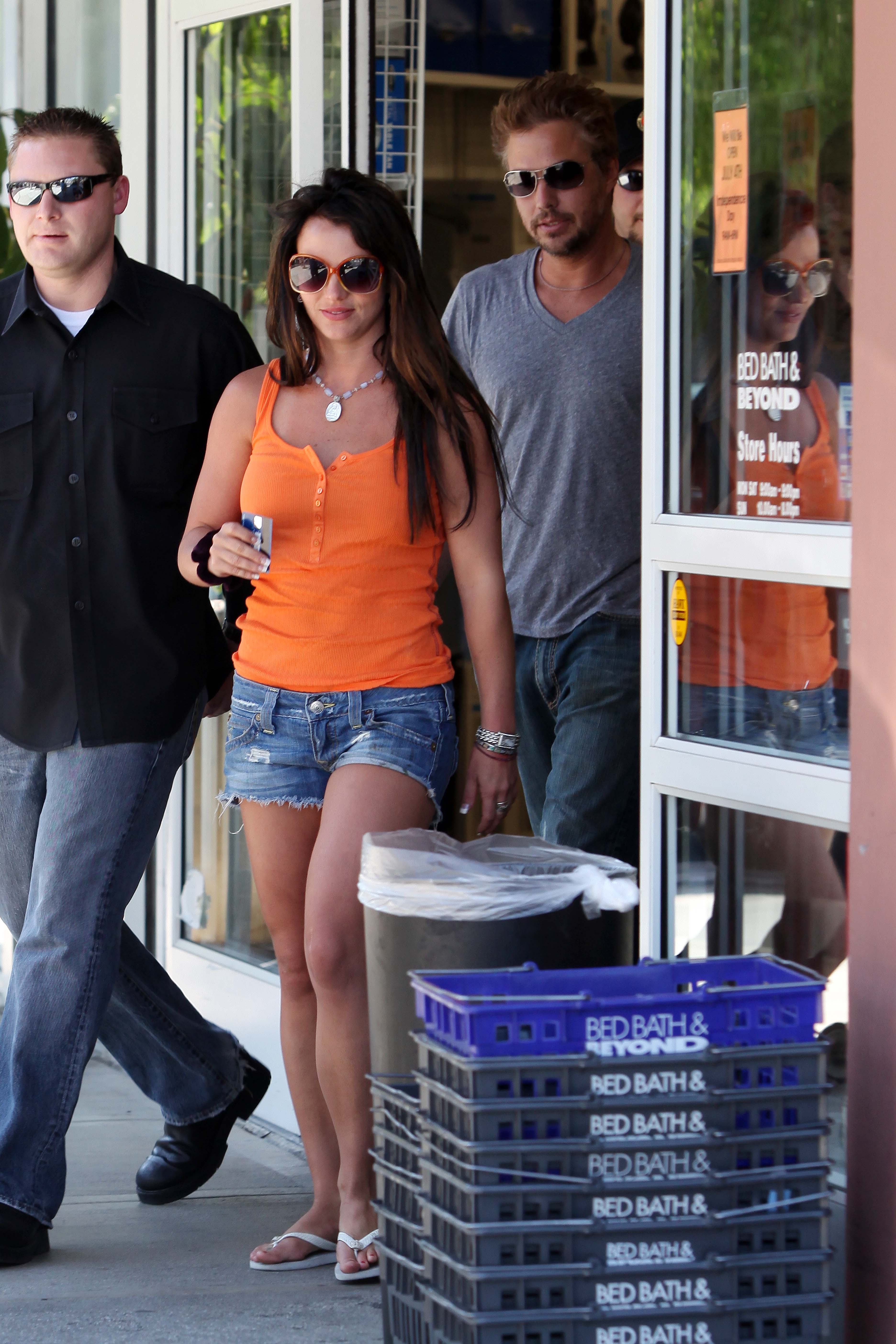 56048_celeb-city.org-The_Elder-Britney_Spears_2009-06-28_-_went_to_the_Bed_Bath_and_Beyond_9396_122_597lo.jpg
