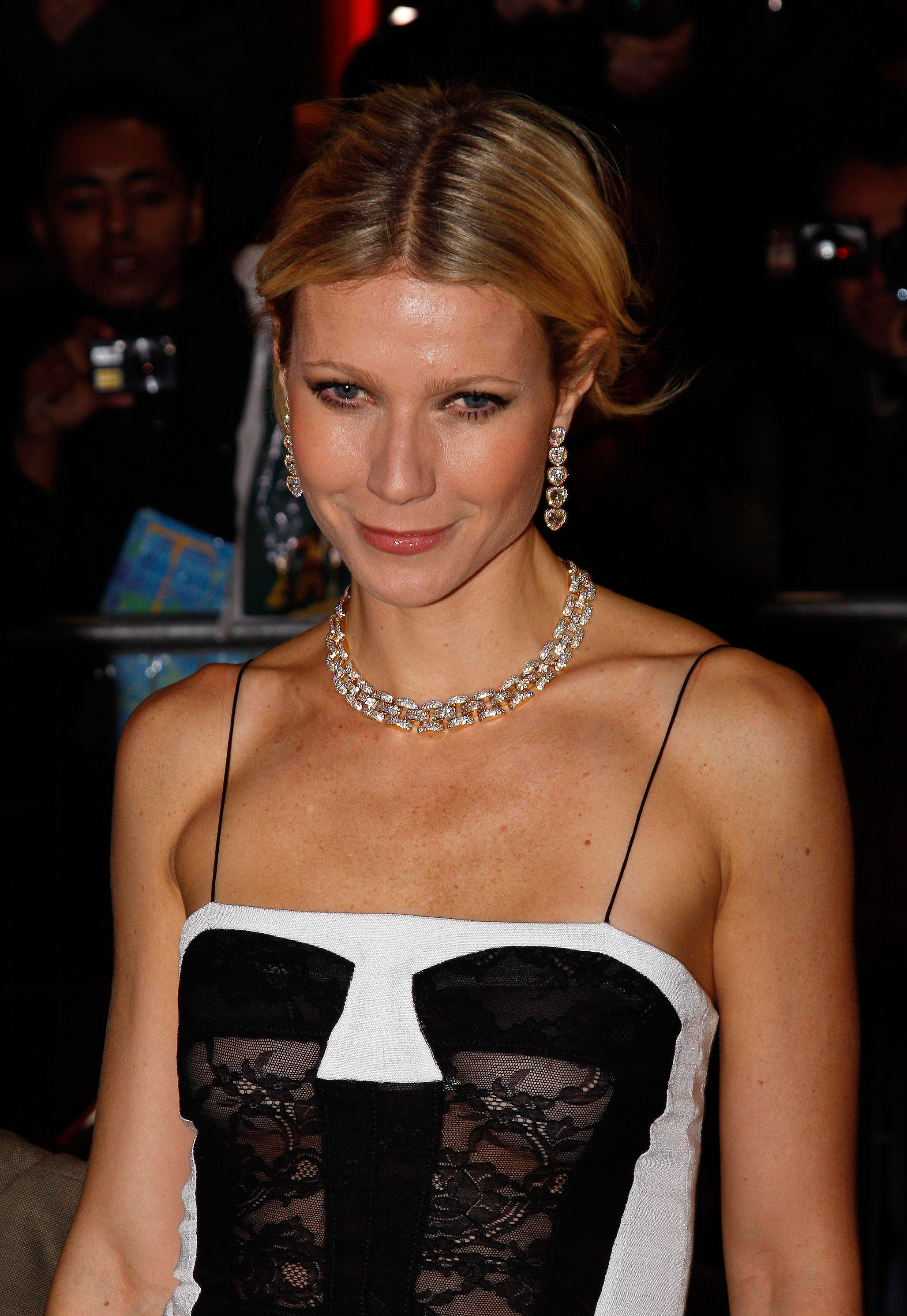 37212_Celebutopia-Gwyneth_Paltrow-Two_Lovers_French_premiere_in_Paris-04_122_541lo.jpg