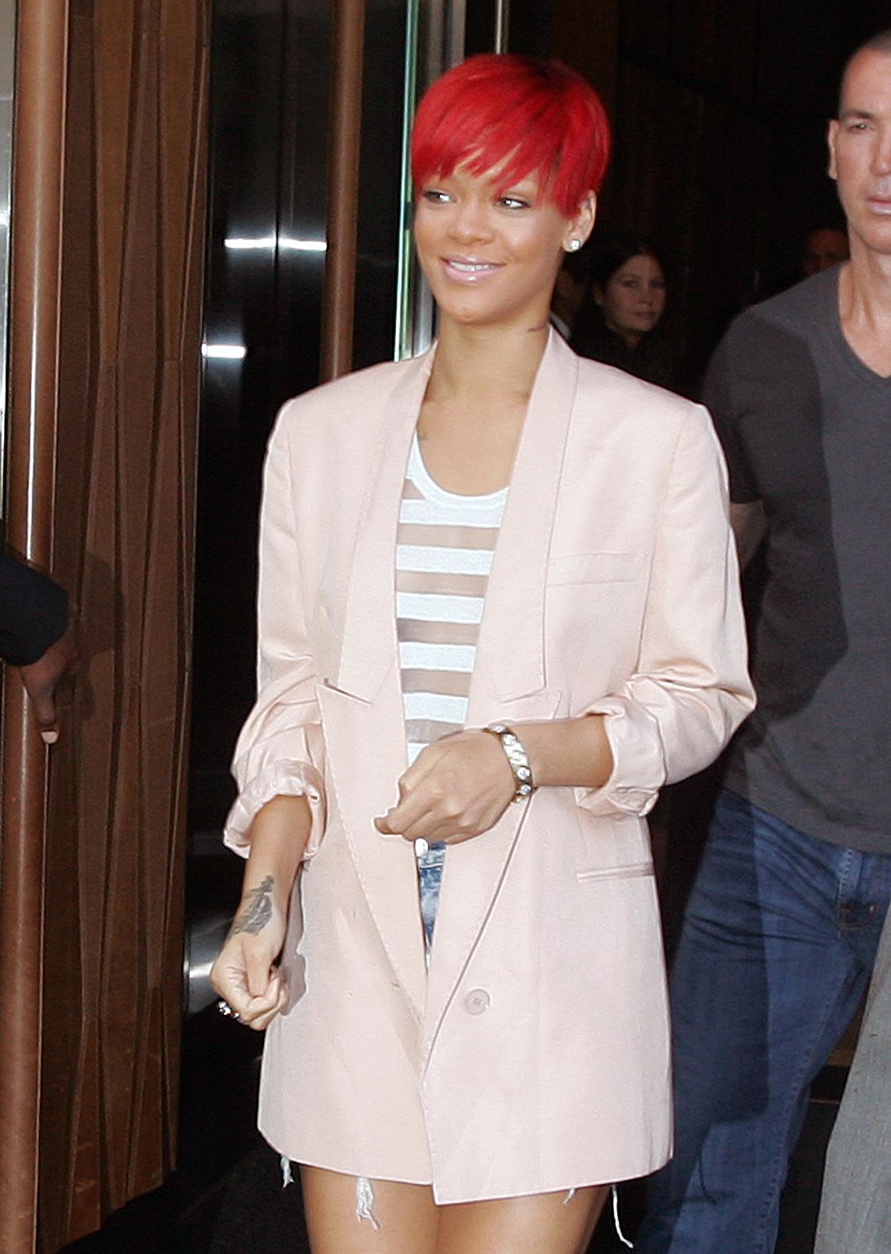 11891_Rihanna2010_08_11_leavestheTrumpSohohotelinNY.com_TheElder_Rihanna2010_08_11_leavestheTrumpSohohotelinNY34_122_566lo.jpg