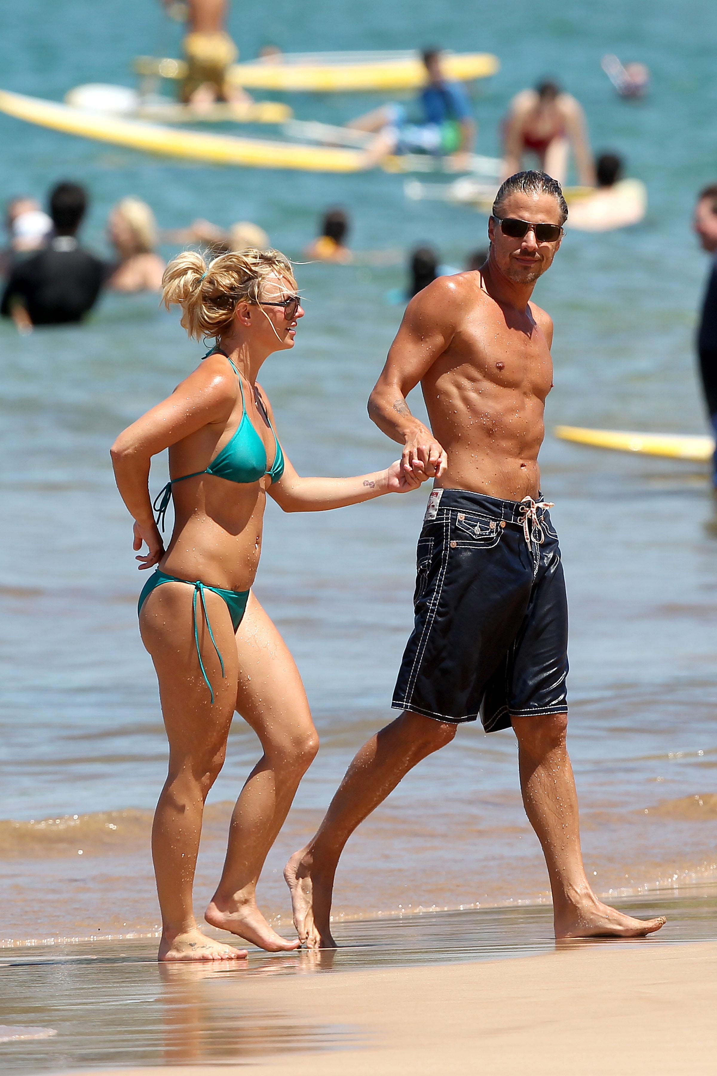 21746_Britney_Spears_on_the_beach_in_Maui_13_122_100lo.jpg