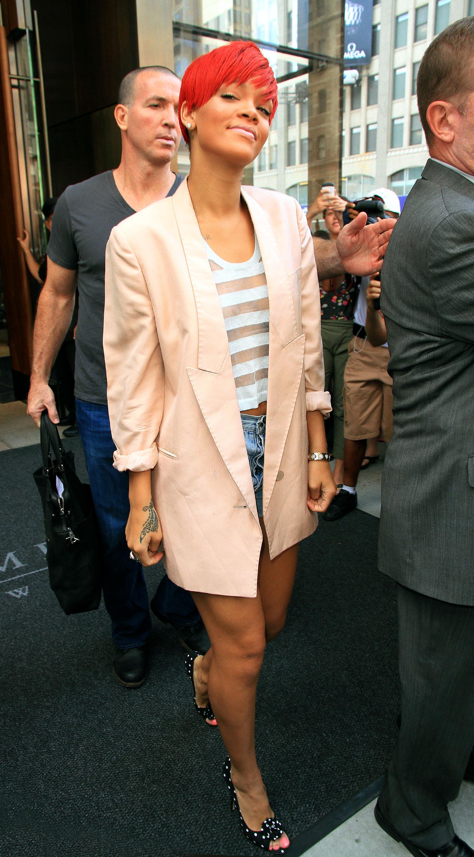 11368_Rihanna2010_08_11_leavestheTrumpSohohotelinNY.com_TheElder_Rihanna2010_08_11_leavestheTrumpSohohotelinNY13_122_104lo.jpg