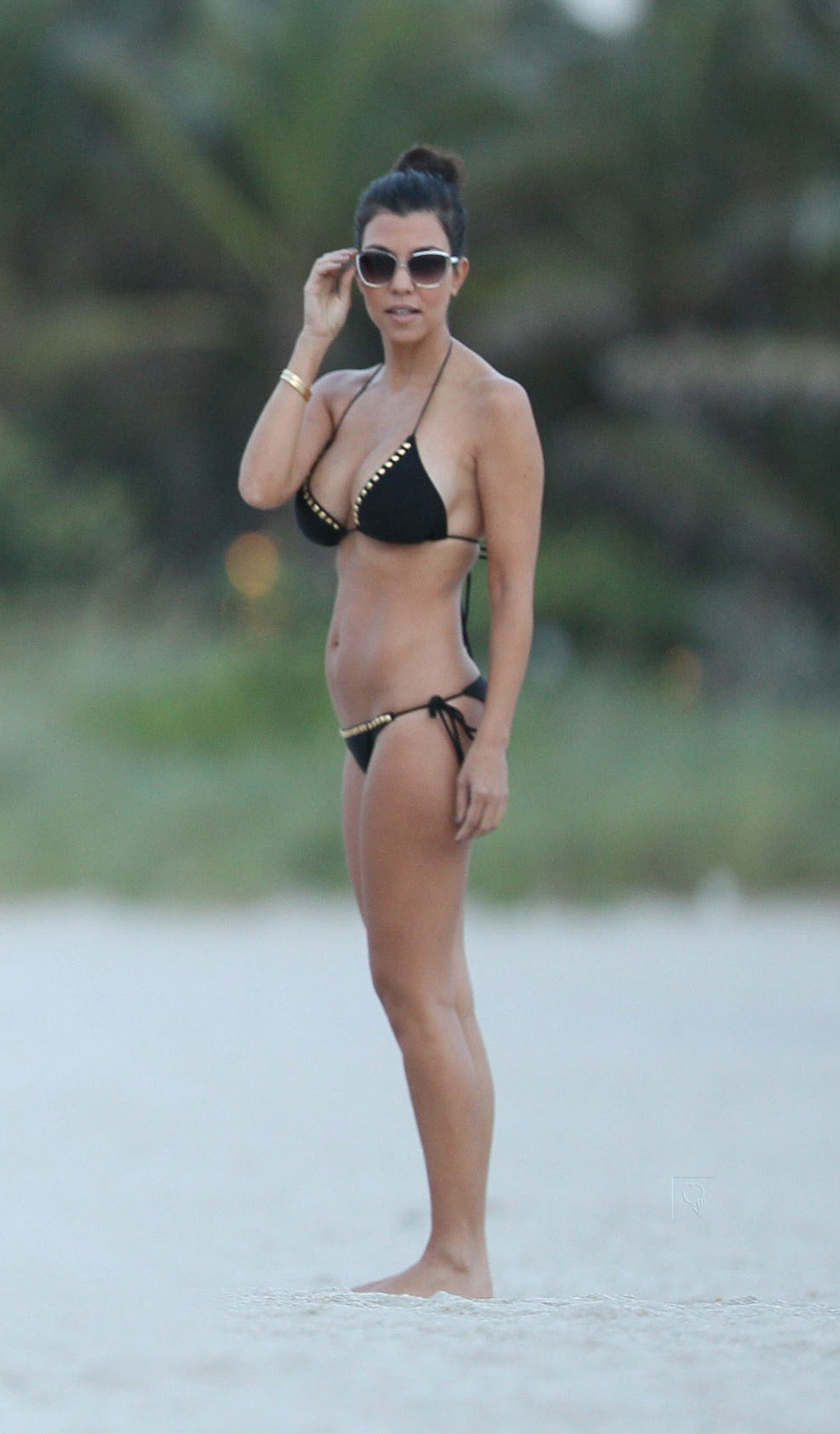 02001_Kourtney_Kardashian_at_Miami_Beach1_122_516lo.jpg