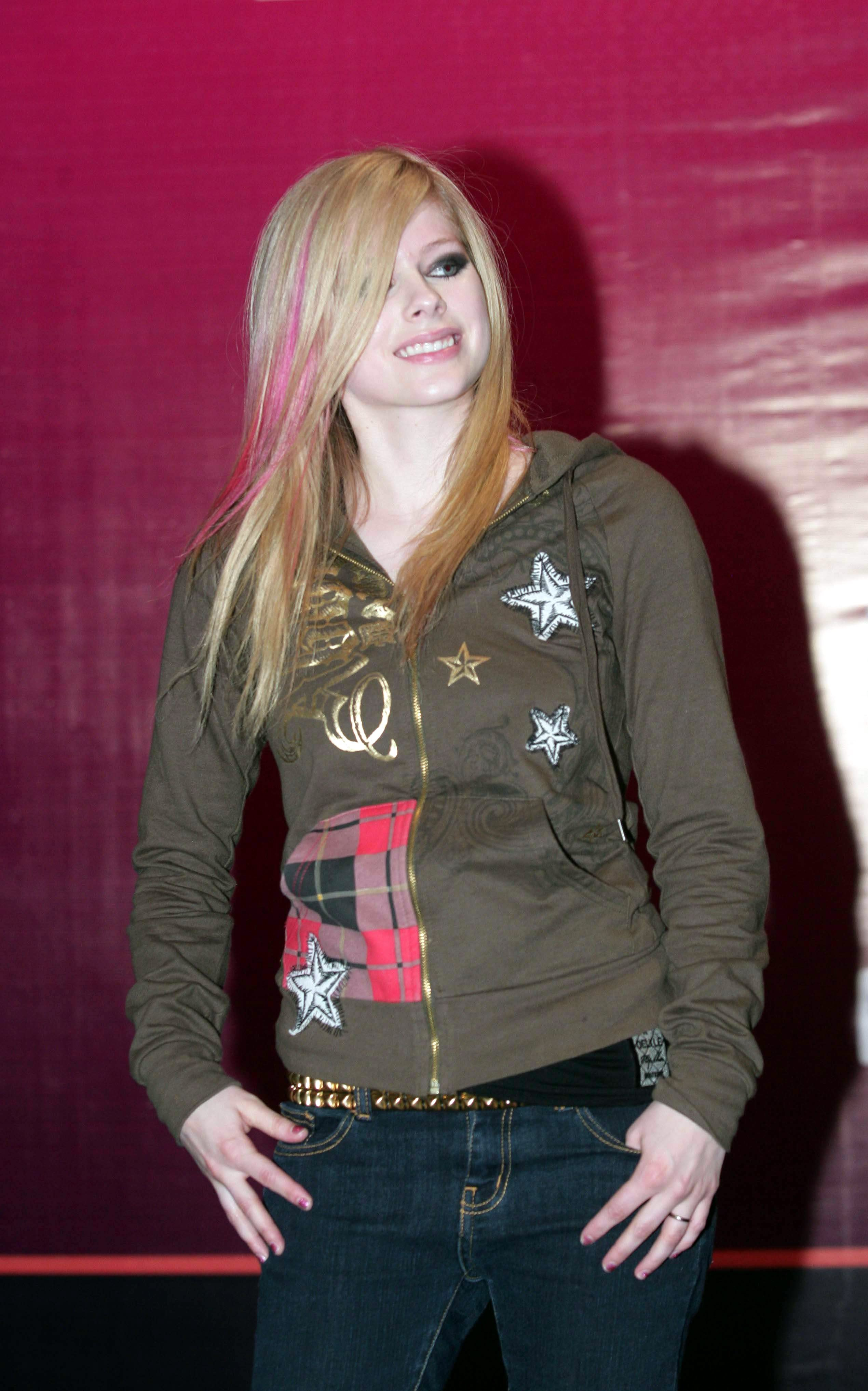 21831_Celebutopia-Avril_Lavigne_poses_as_a_charity_goodwill_ambassador_during_a_charity_event-01_122_1023lo.jpg