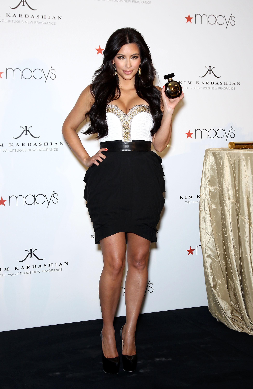 85033_celebrity_paradise.com_Kim_Kardashian_Fragance_17_122_383lo.jpg