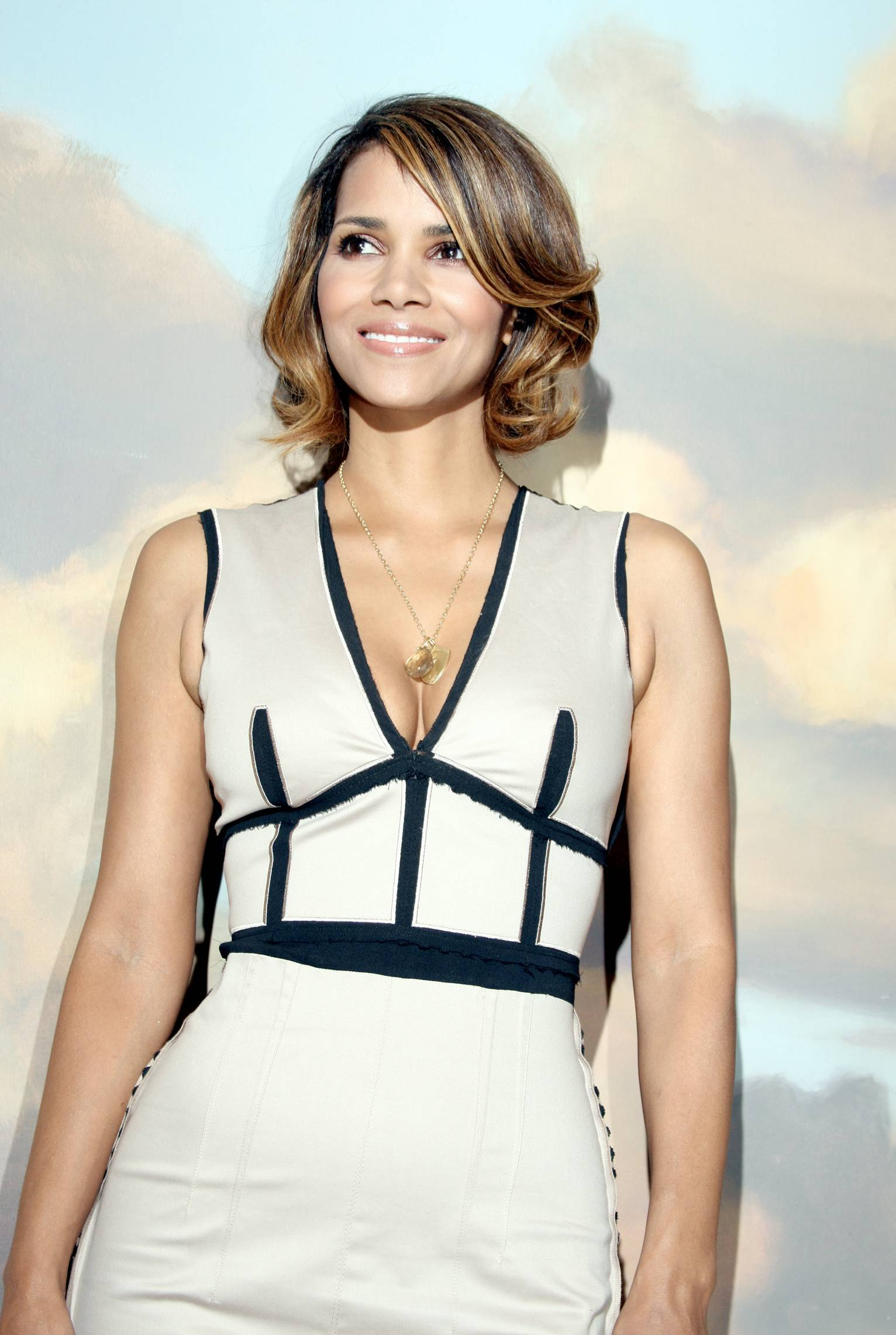 62406_Halle_Berry_2009_Jenesse_Silver_Rose_Gala_Auction_in_Beverly_Hills_27_122_573lo.jpg
