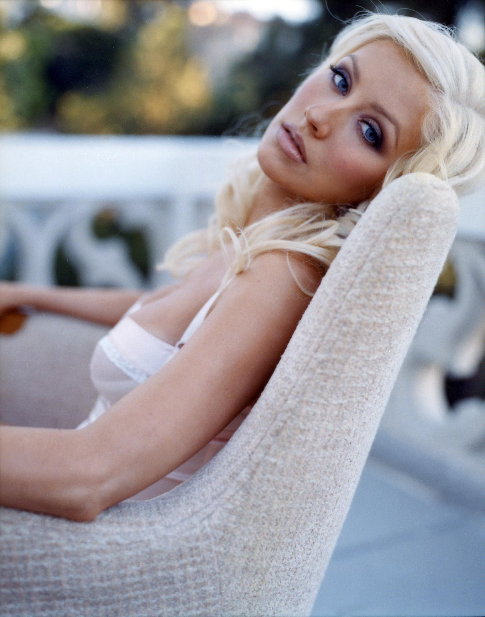 90212_Christina_Aguilera-000006_122_358lo.jpg