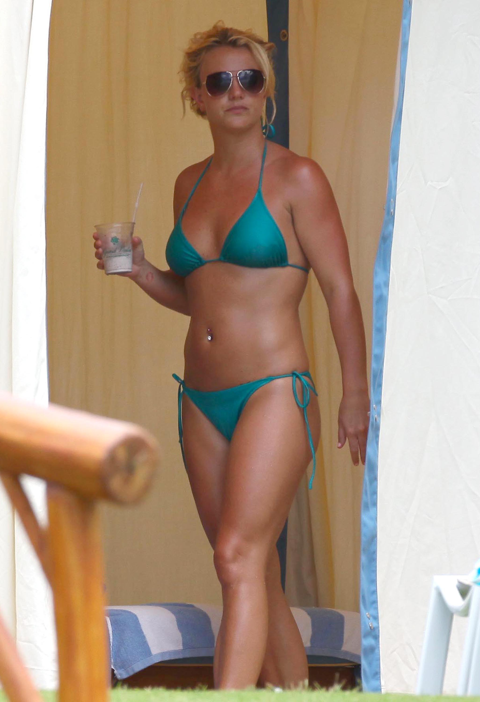 84891_Britney_Spears_Bikini_Maui_3_122_407lo.jpg