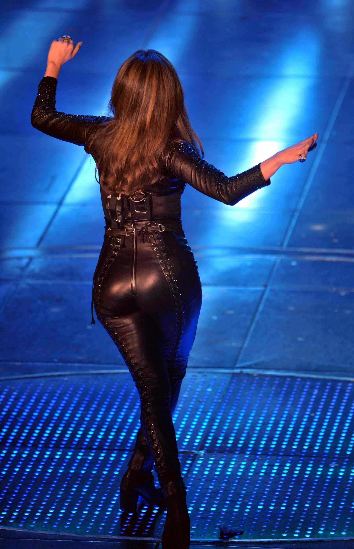 04498_Jennifer_Lopez_at_Festival_di_Sanremo_Italian_song_contest.com-The_Elder-Jennifer_Lopez_2010-02-19_-_at_Festival_di_Sanremo_Italian_song_contest_4690_122_368lo.JPG