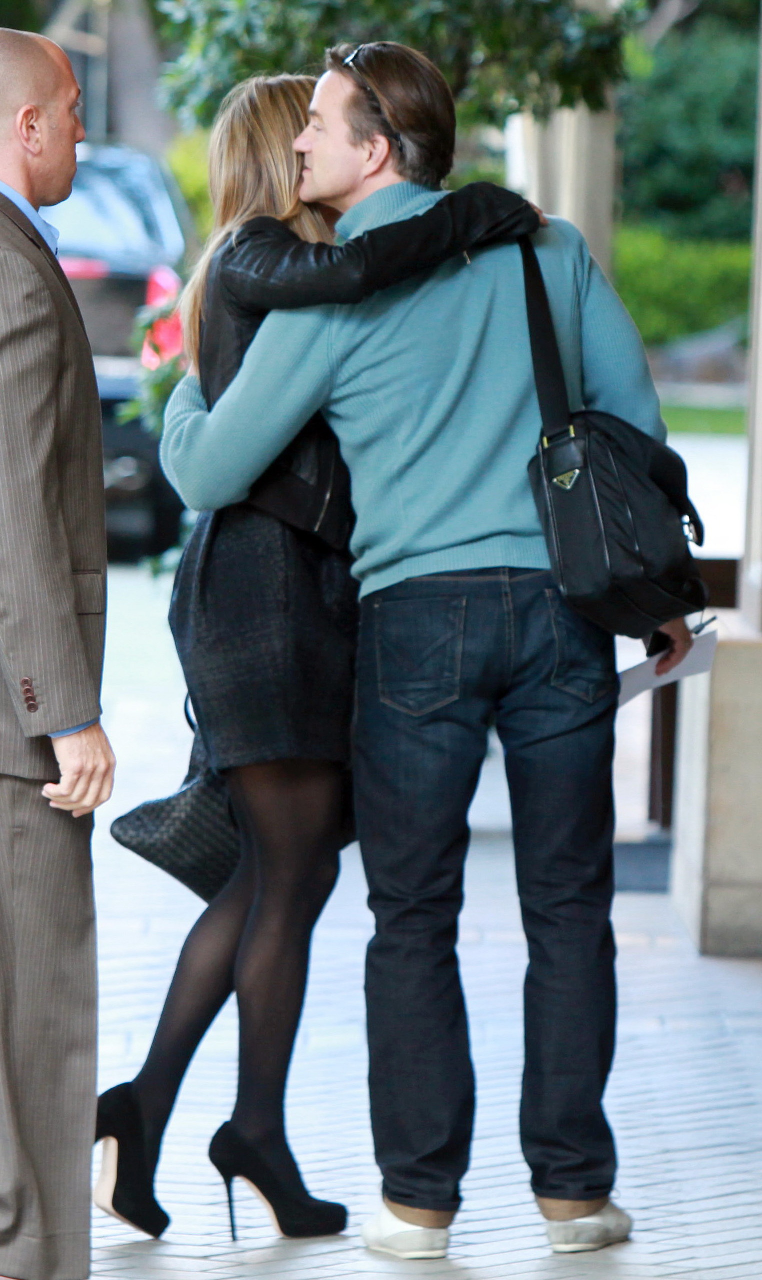 61954_Tikipeter_Jennifer_Aniston_with_a_mystery_man_in_Beverly_Hills_012_122_2lo.jpg