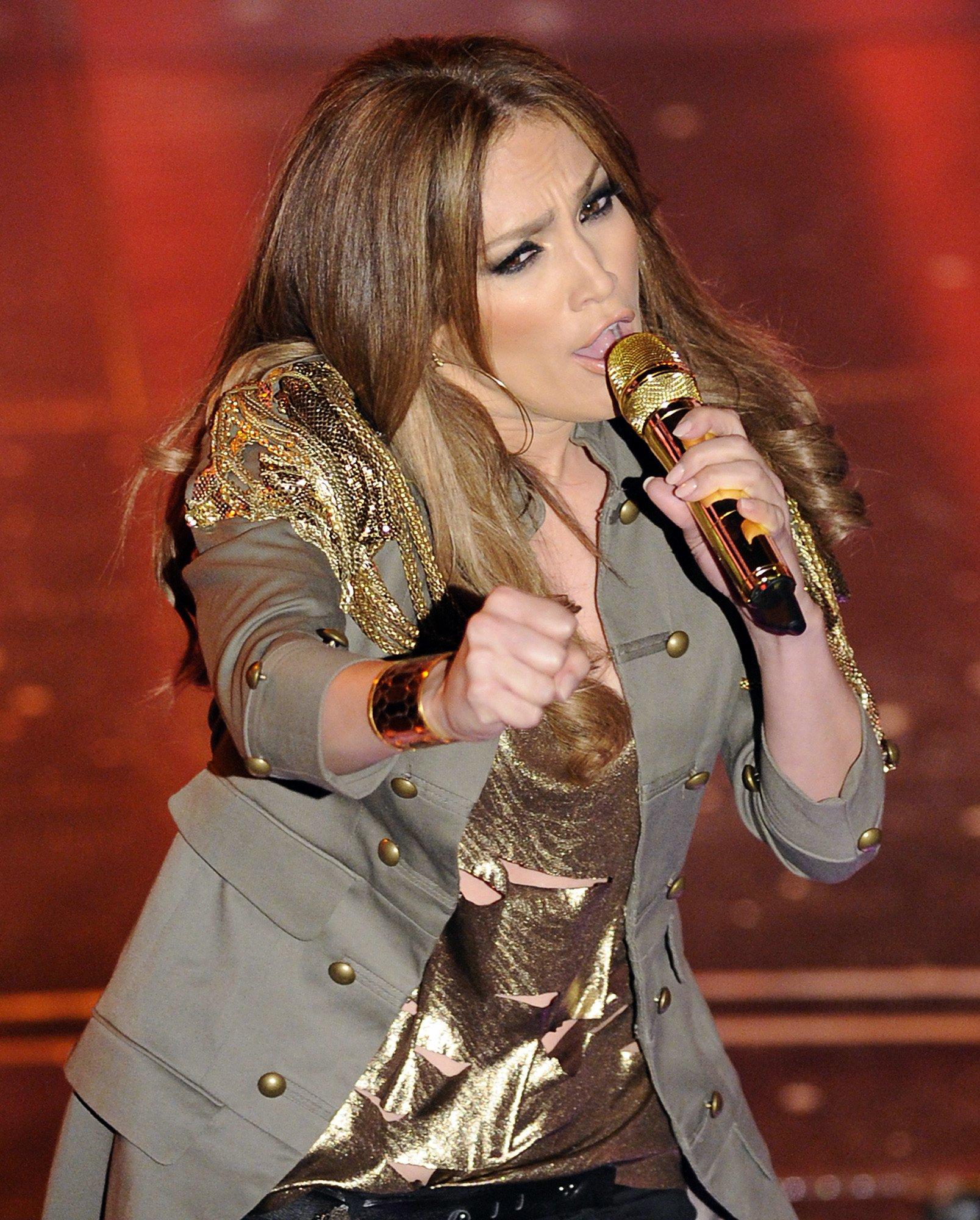 74392_Jennifer_Lopez_performs_during_the_Festival_di_Sanremo_Italian_song_contest-1_122_584lo.jpg