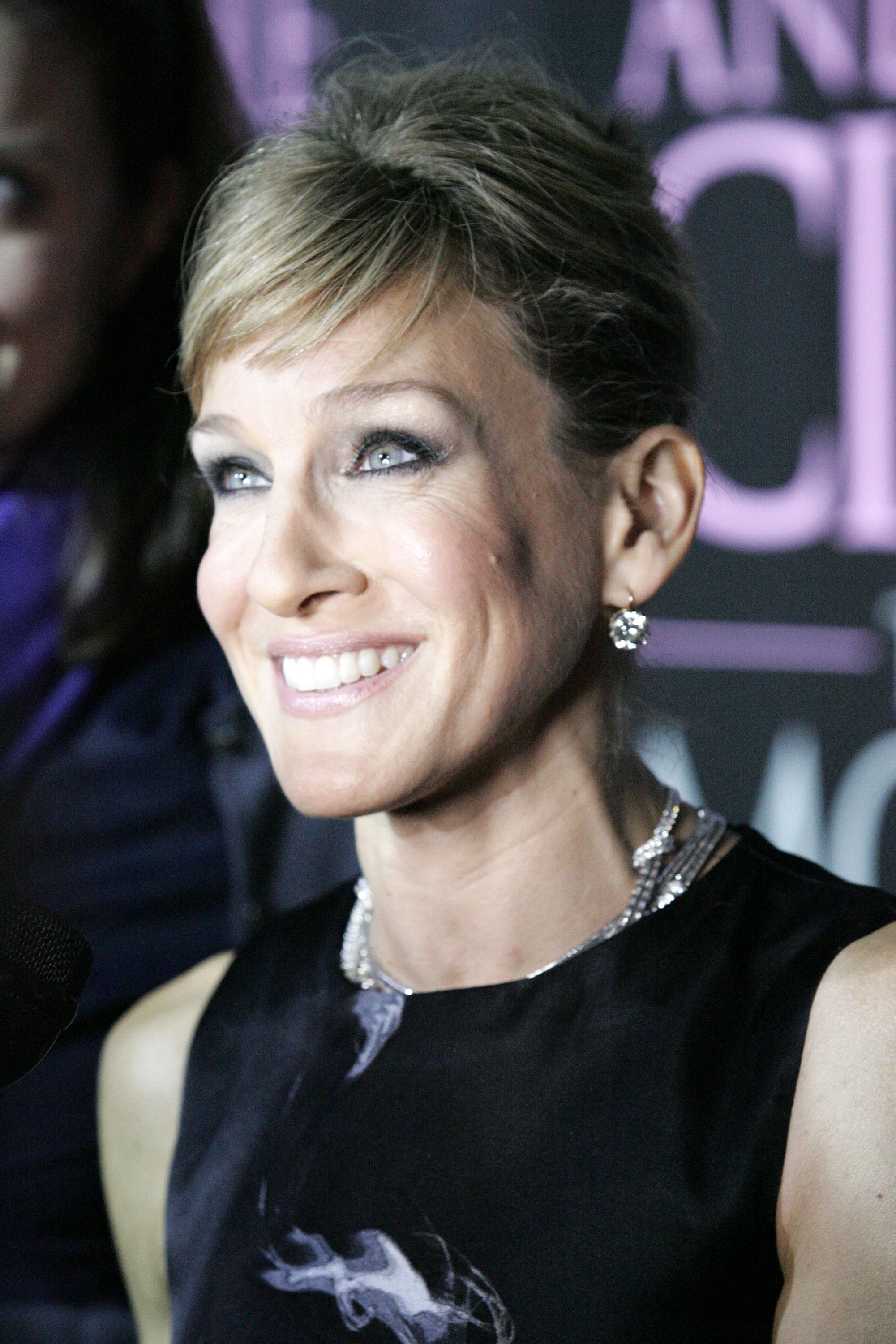 03965_Celebutopia-Sarah_Jessica_Parker-Sex_and_the_City_The_Movie_DVD_launch_in_New_York_City-11_122_92lo.jpg
