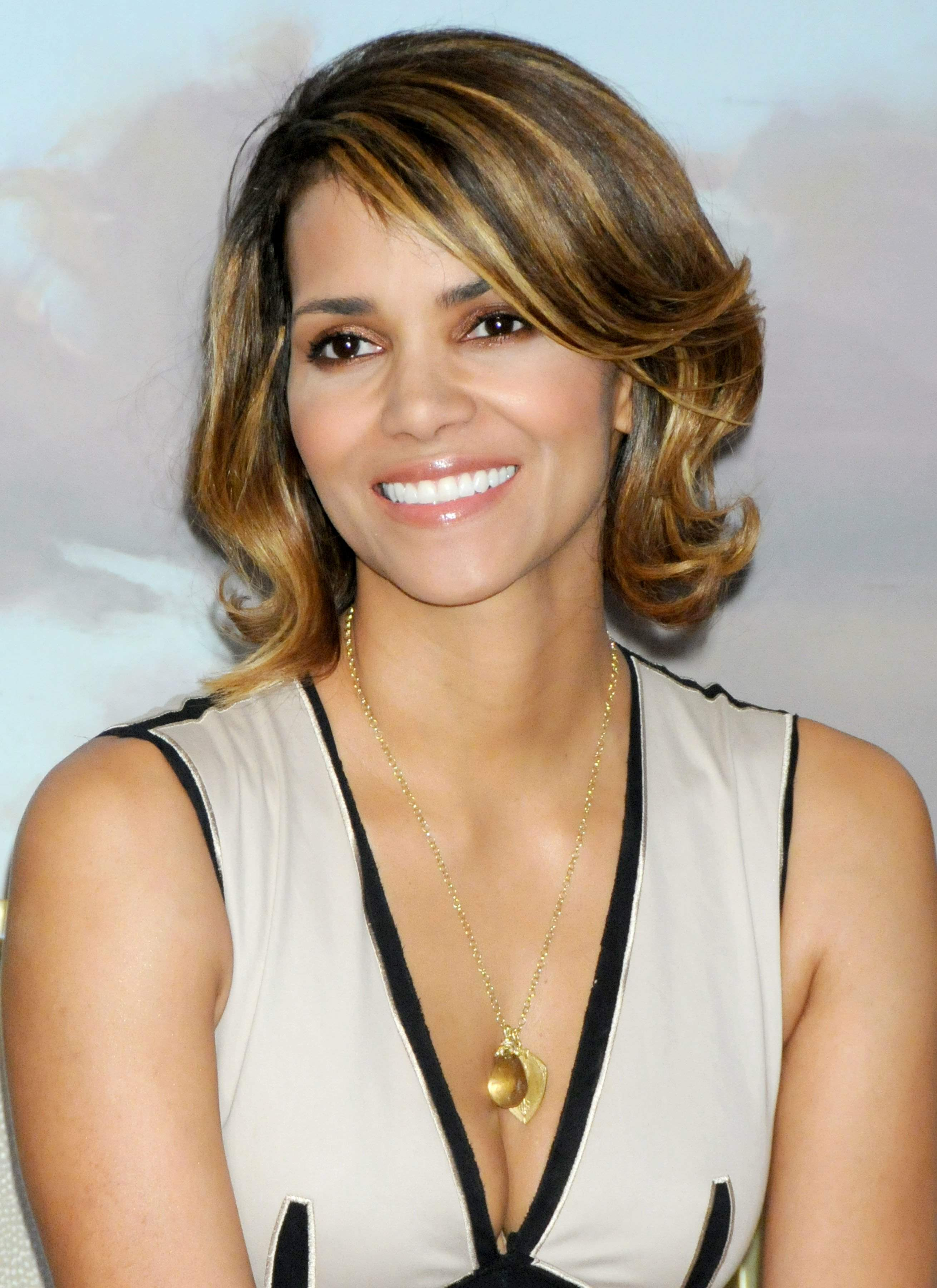 63370_Halle_Berry_2009_Jenesse_Silver_Rose_Gala_Auction_in_Beverly_Hills_75_122_449lo.jpg