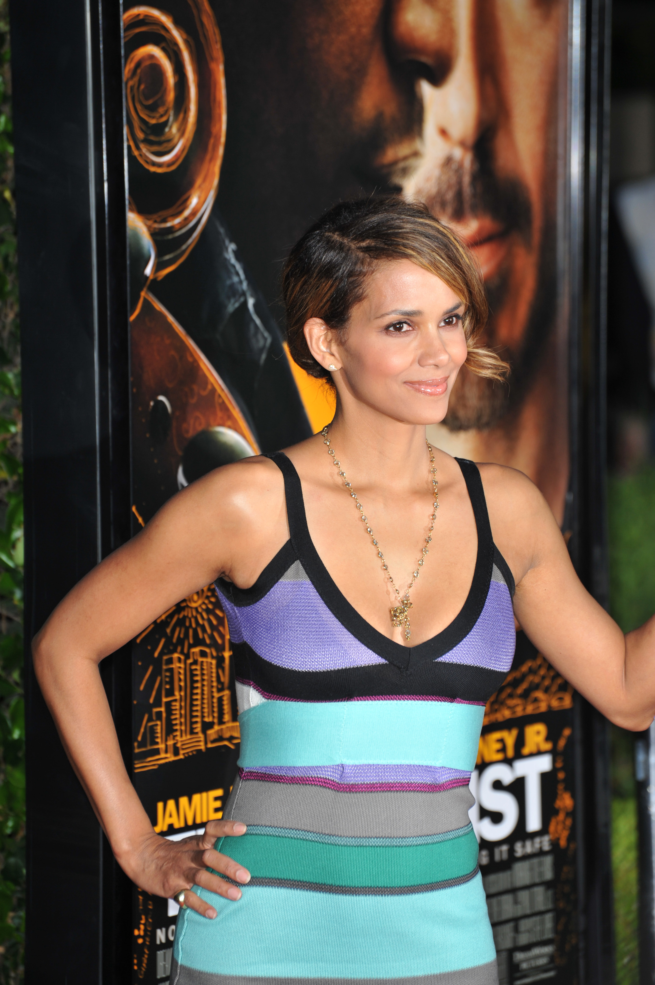 64631_Halle_Berry_The_Soloist_premiere_in_Los_Angeles_12_122_483lo.jpg