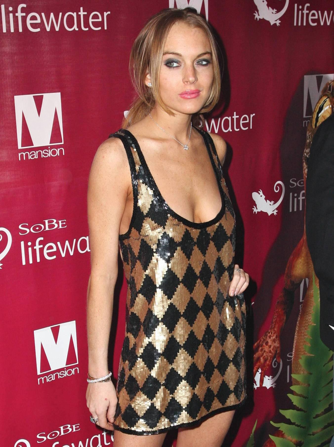 37996_Lindsay_Lohan_at_Mansion_Nightclub_in_Miami_1-1-2009_004_122_159lo.jpg