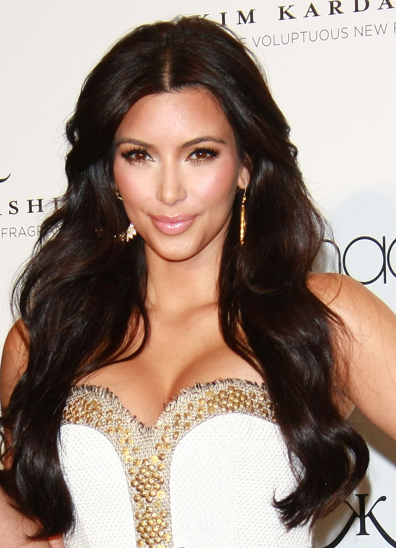 86912_celebrity_paradise.com_Kim_Kardashian_Fragance_53_122_125lo.jpg