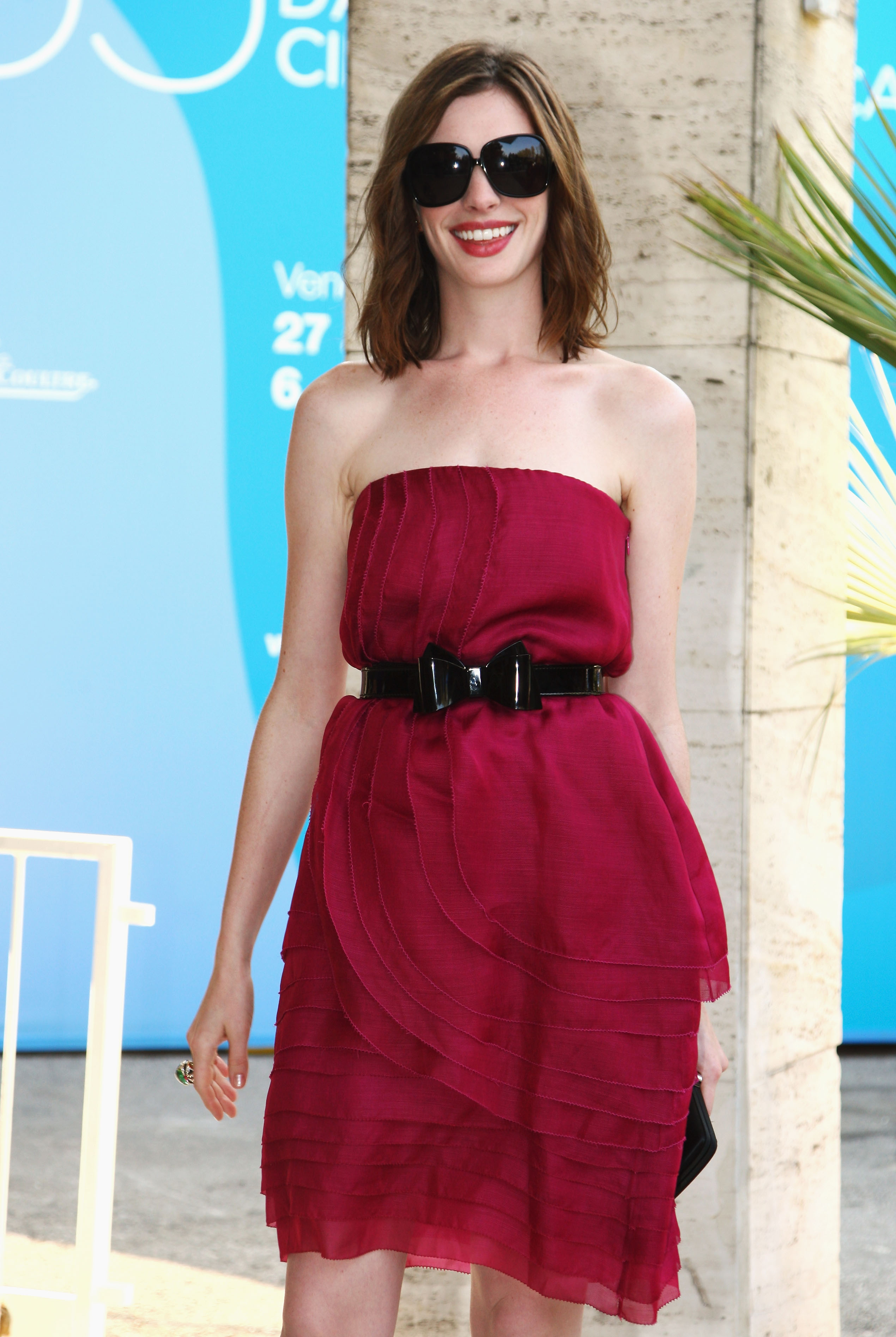 43178_Anne_Hathaway_arrives_at_the_Excelsior_Hotel_Venice-02_122_487lo.jpg
