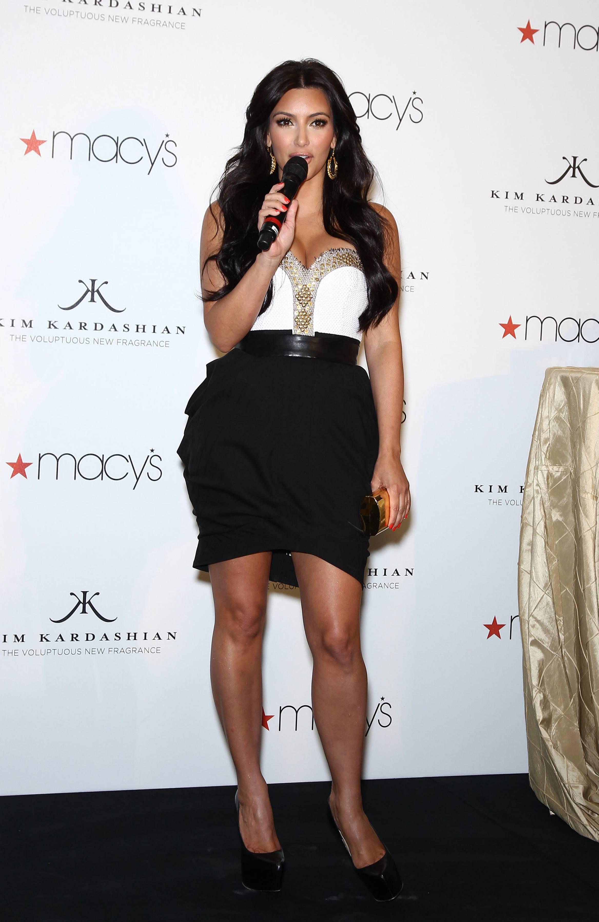 85379_celebrity_paradise.com_Kim_Kardashian_Fragance_05_122_183lo.jpg