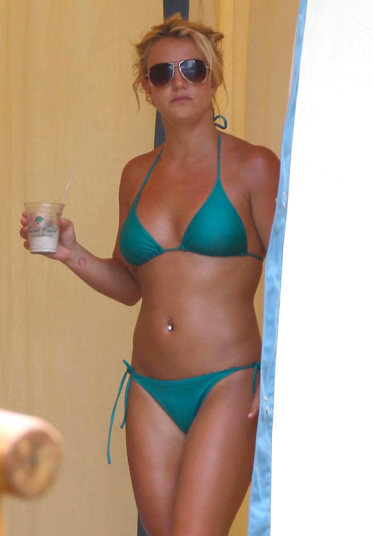 85033_Britney_Spears_Bikini_Maui_10_122_205lo.jpg