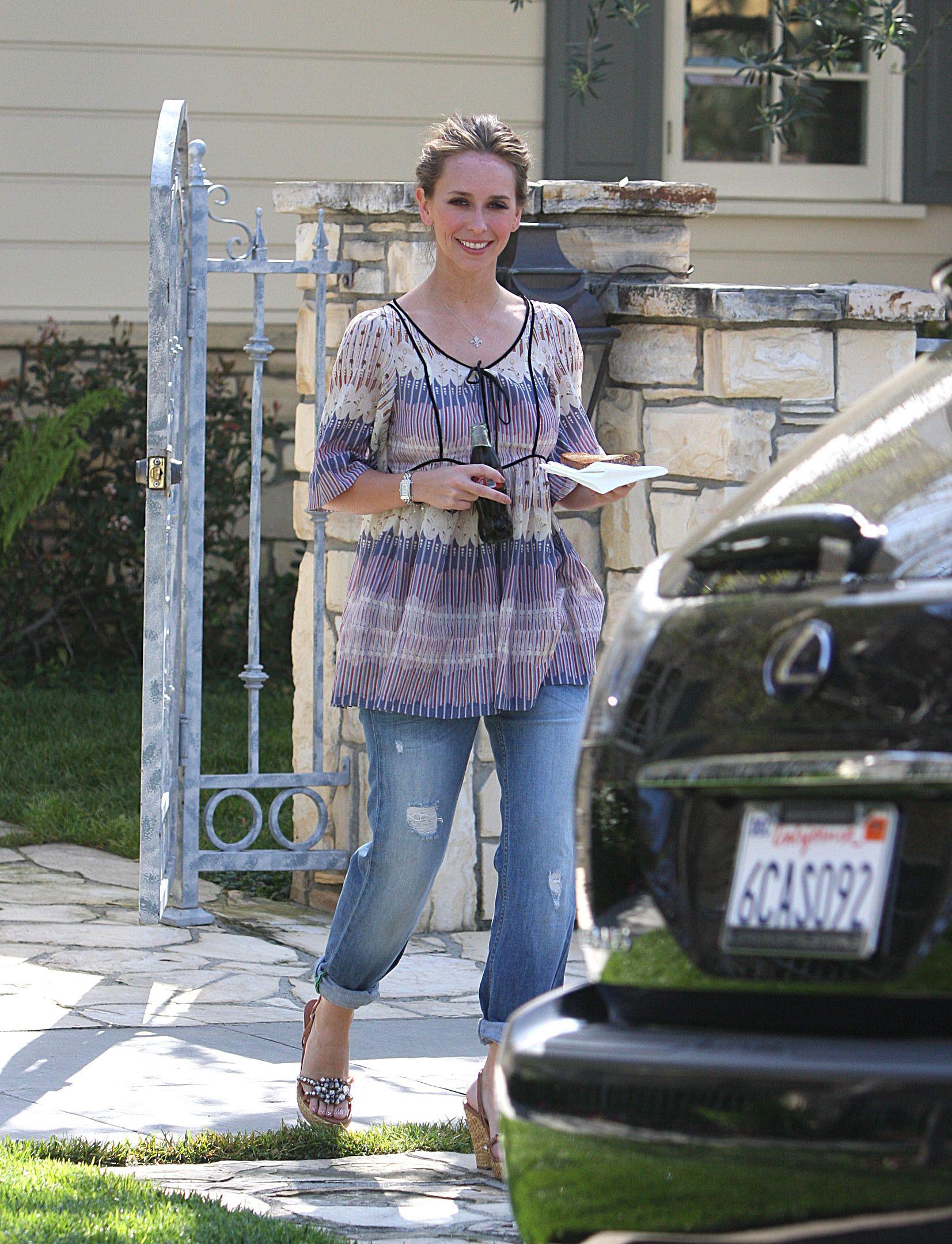 95717_Jennifer_Love_Hewitt_leaves_a_friends_house_in_Los_Angeles_20090327_04_122_104lo.jpg