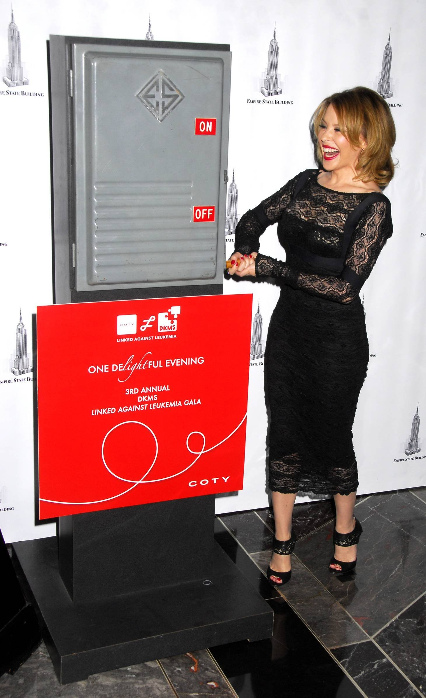 29013_Celebutopia-Kylie_Minogue_lights_The_Empire_State_Building-19_122_175lo.jpg