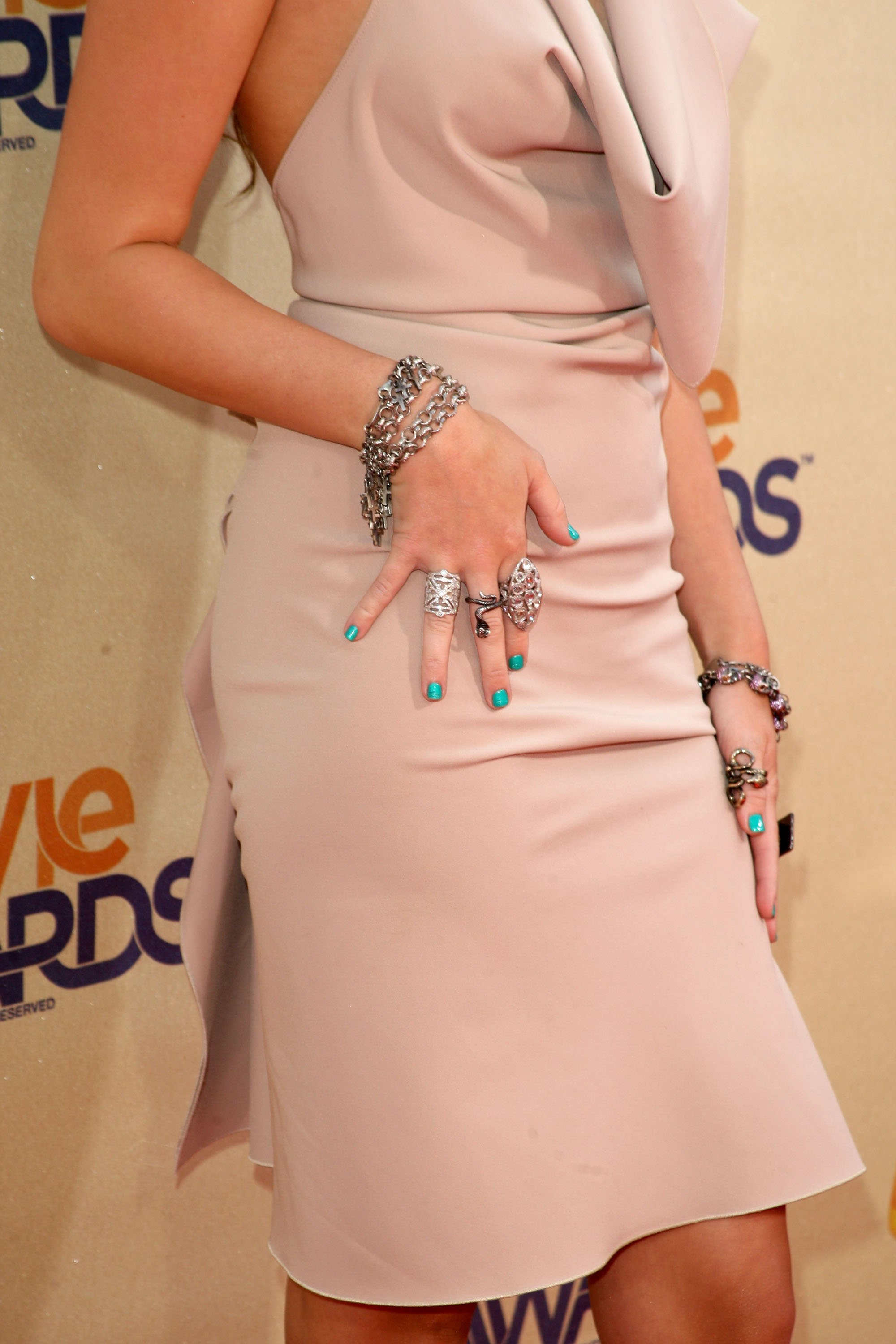 23753_Celebutopia-Miley_Cyrus_arrives_at_the_2009_MTV_Movie_Awards-18_122_46lo.jpg