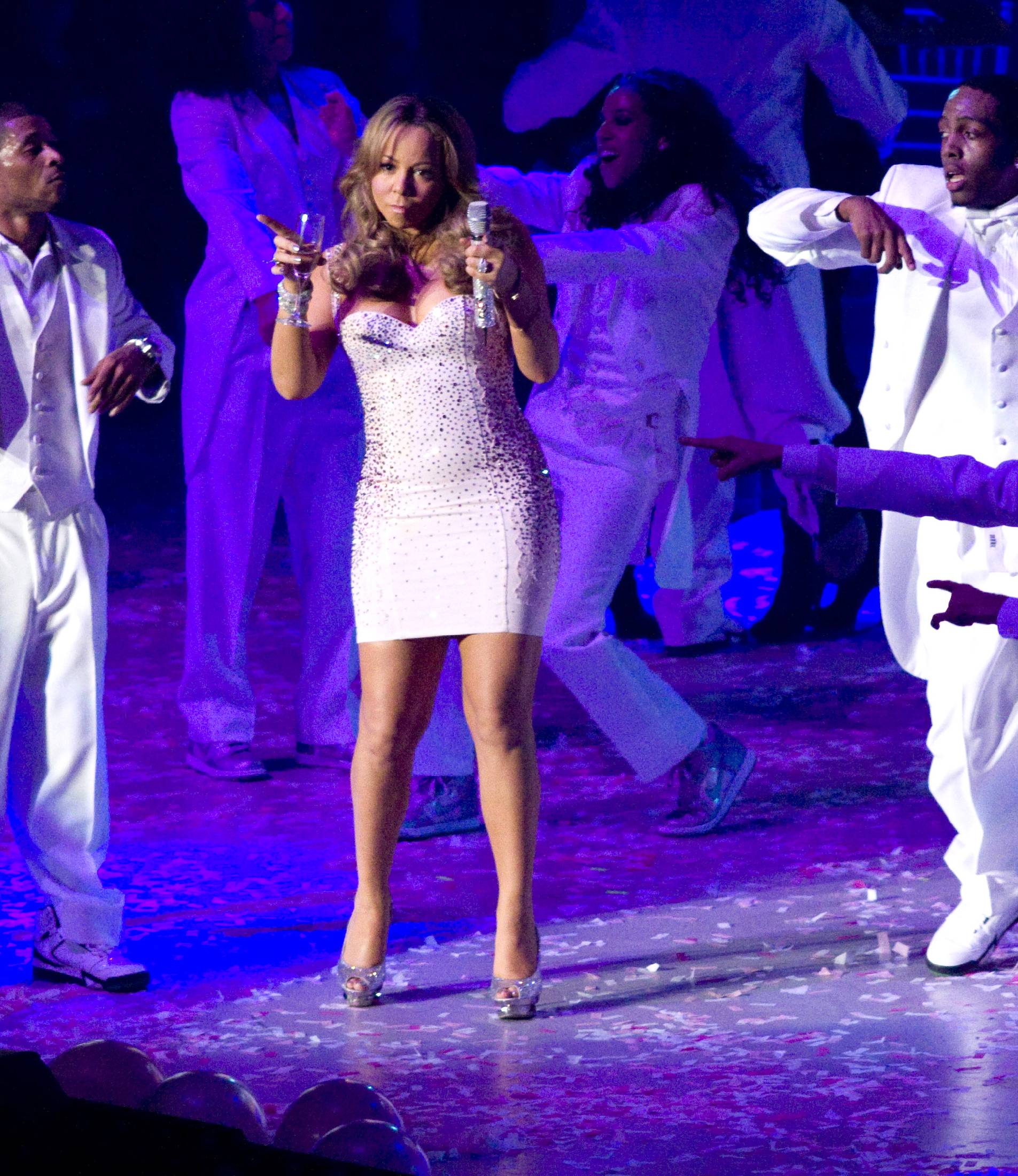 53375_Mariah_Carey_performs_at_Madison_Square_Garden_in_New_York_City-18_122_41lo.jpg