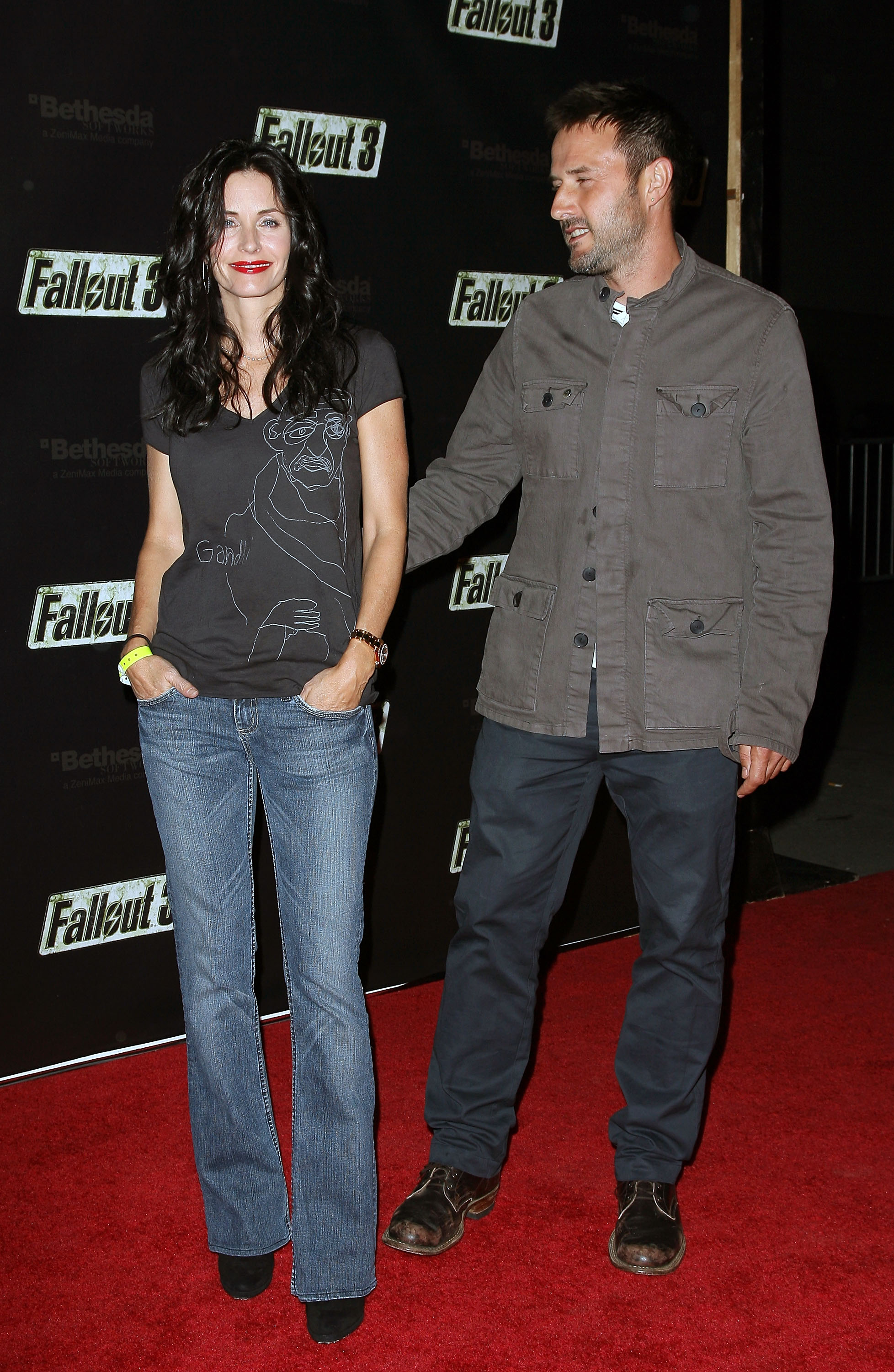 55132_Celebutopia-Courteney_Cox-Launch_Party_for_Fallout_3_videogame-06_122_13lo.jpg