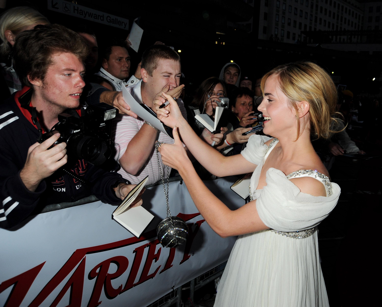 01683_Celebutopia-Emma_Watson-National_Movie_Awards_in_London-07_122_145lo.jpg