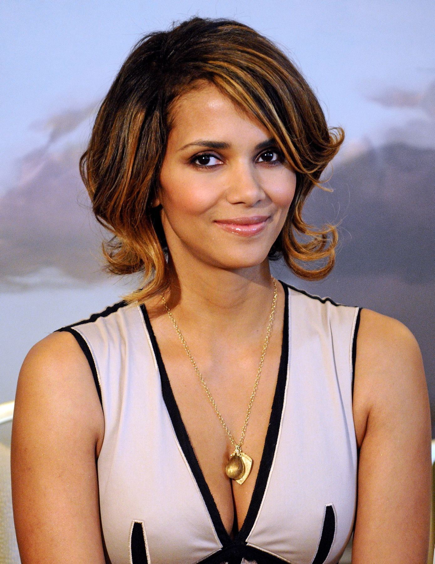 63710_Halle_Berry_2009_Jenesse_Silver_Rose_Gala_Auction_in_Beverly_Hills_87_122_211lo.jpg
