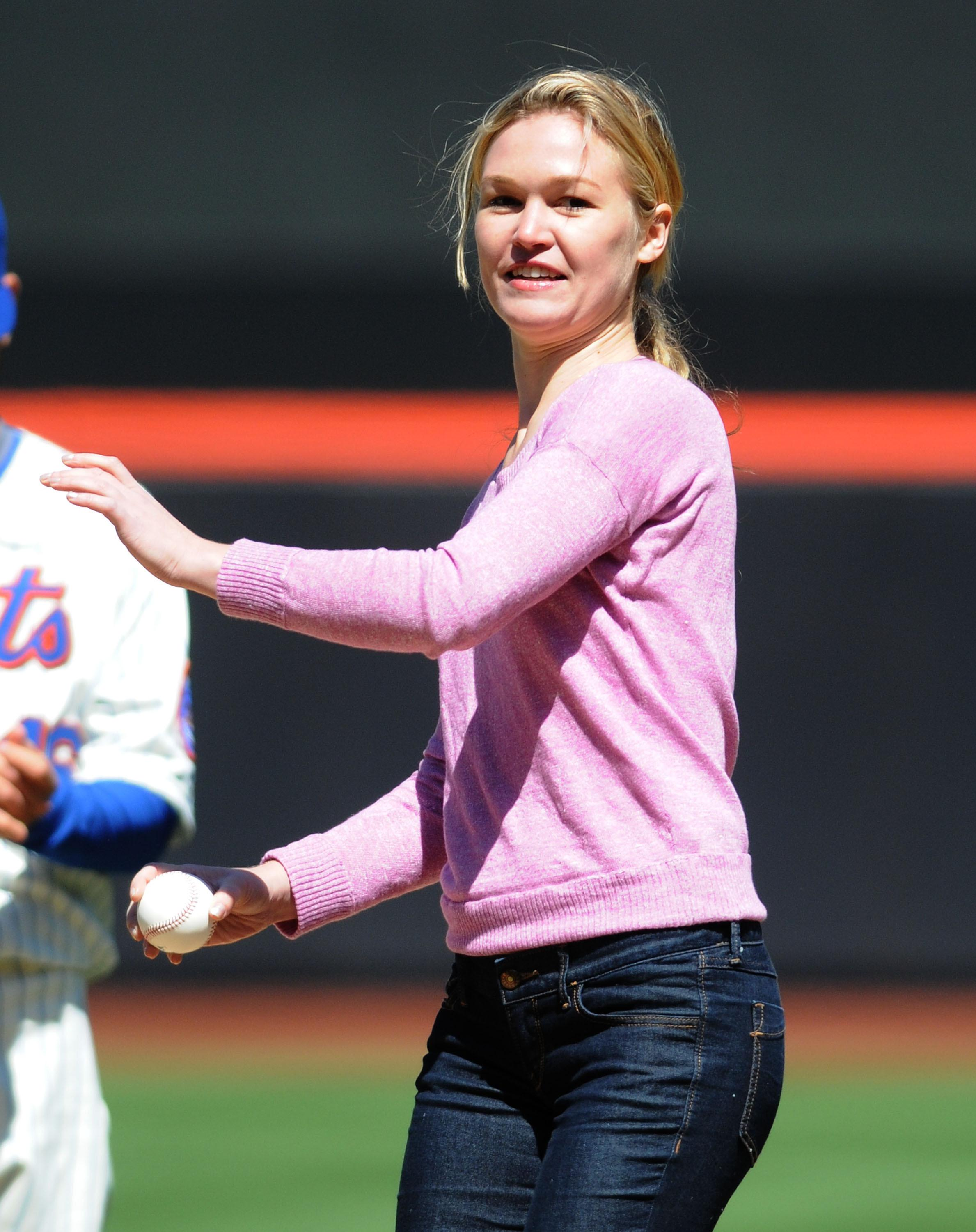80437_Julia_Stiles_at_First_Pitch_At_The_NY_Mets_Game10_122_395lo.JPG