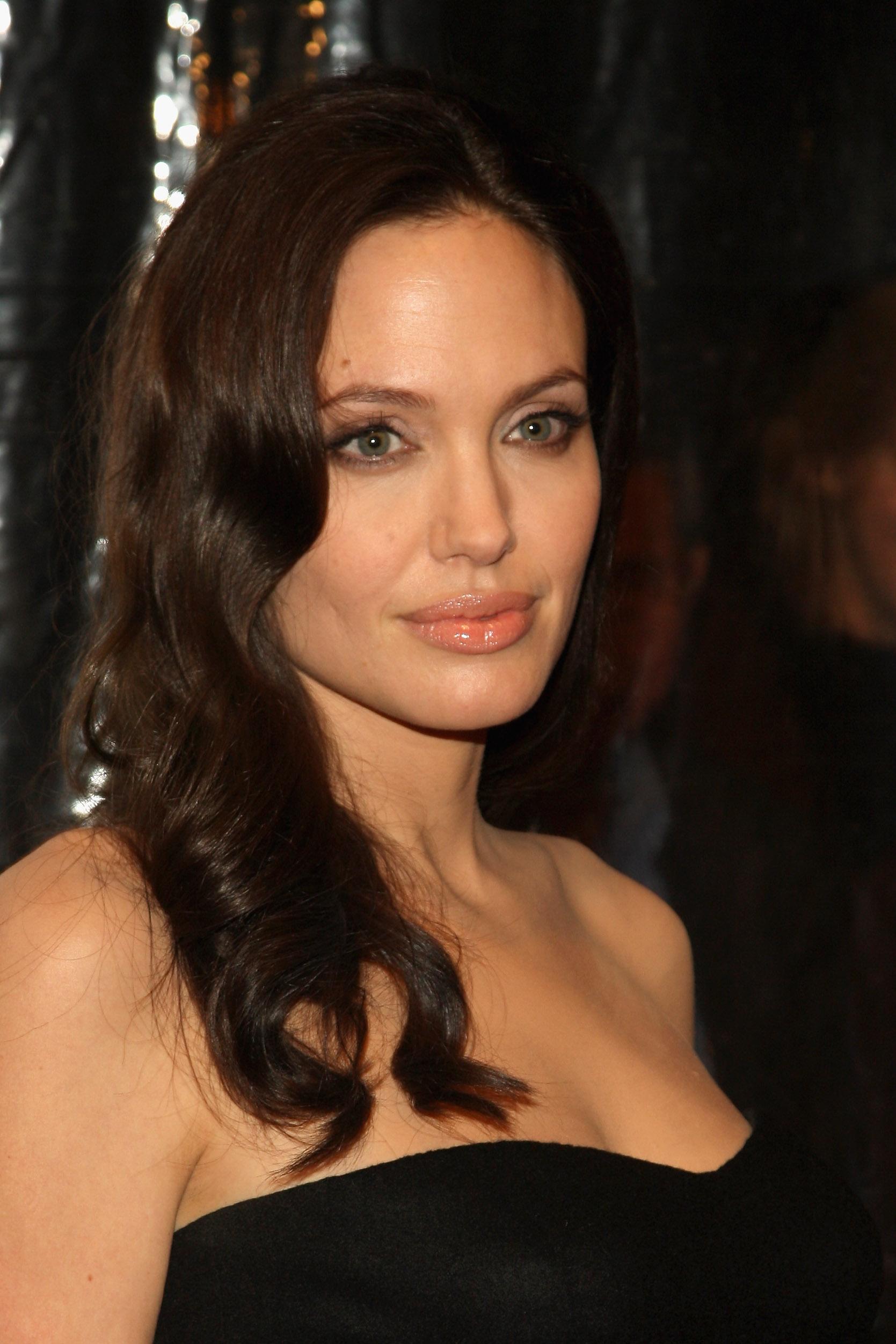 02137_Celebutopia-Angelina_Jolie-The_Changeling_premiere_in_New_York_City-10_122_348lo.jpg