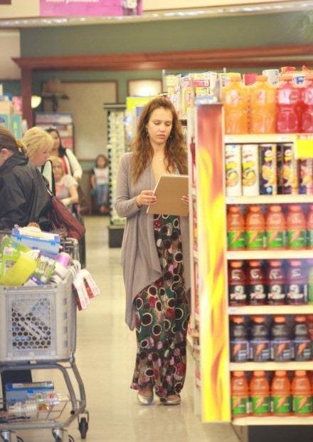 37929_19.04.2008_-_Jessica_Alba_shoppt_bei_Rite_Aid_in_Los_Angeles_010_122_4lo.jpg