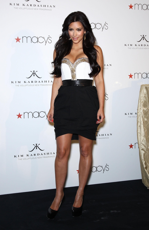 86266_celebrity_paradise.com_Kim_Kardashian_Fragance_04_122_6lo.jpg