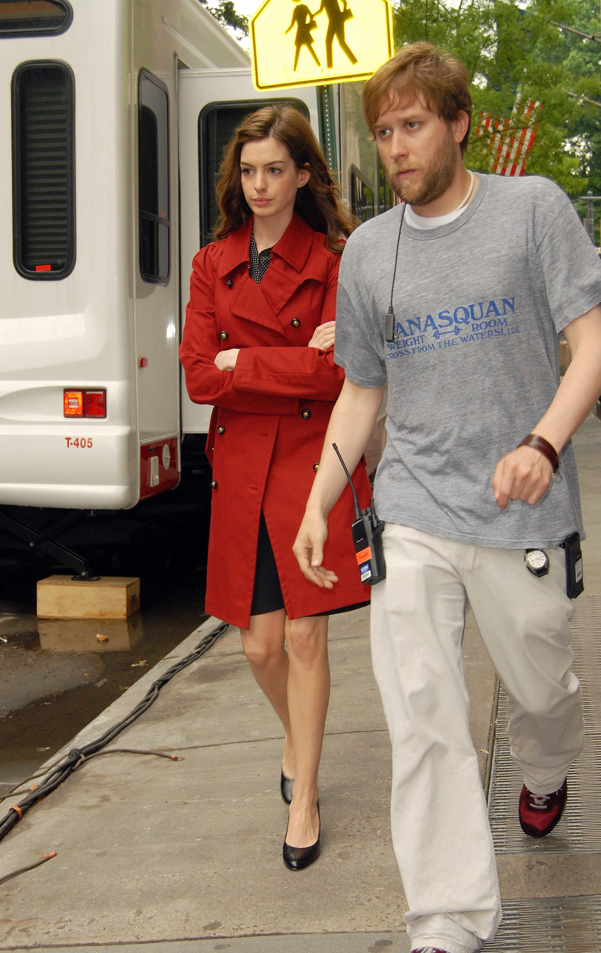 55681_Anne_Hathaway_2008-05-27_-_on_the_set_of_Bride_Wars_in_NY_436_122_344lo.jpg