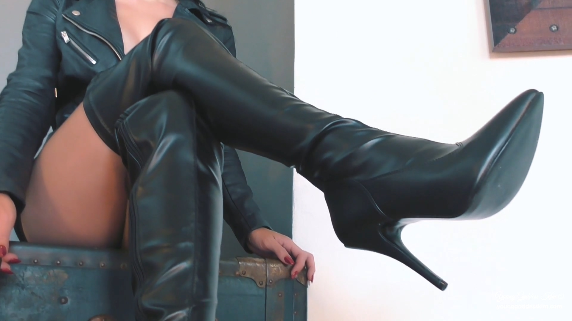 394289523_Leather_and_lust.mp4_20190330_124715.801_123_444lo.jpg