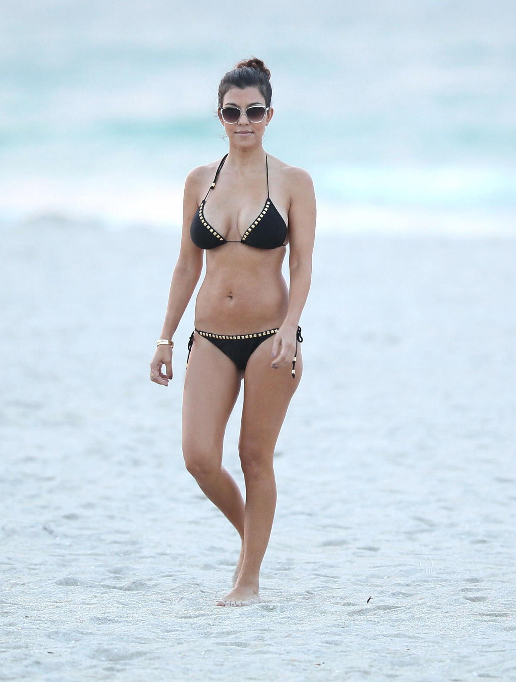 02040_Kourtney_Kardashian_at_Miami_Beach5_122_499lo.jpg