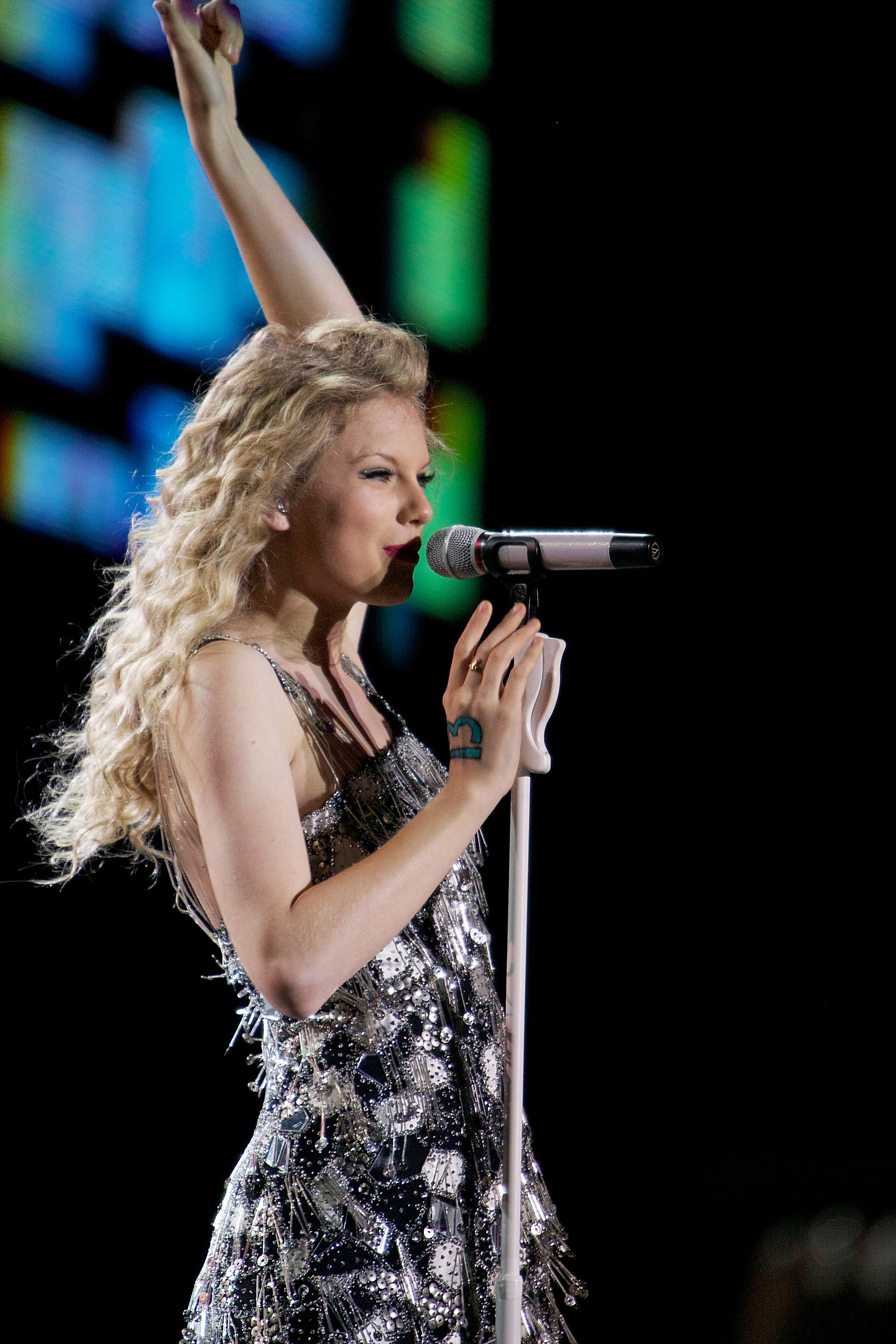 32617_Taylor_swift_performs_her_Fearless_Tour_at_Tiger_Stadium_024_122_123lo.jpg